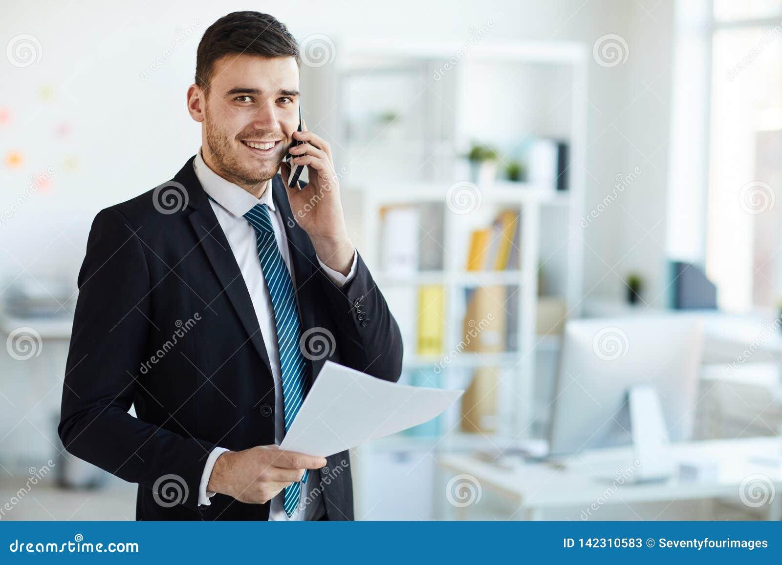 Banqueiro com telefone e papel