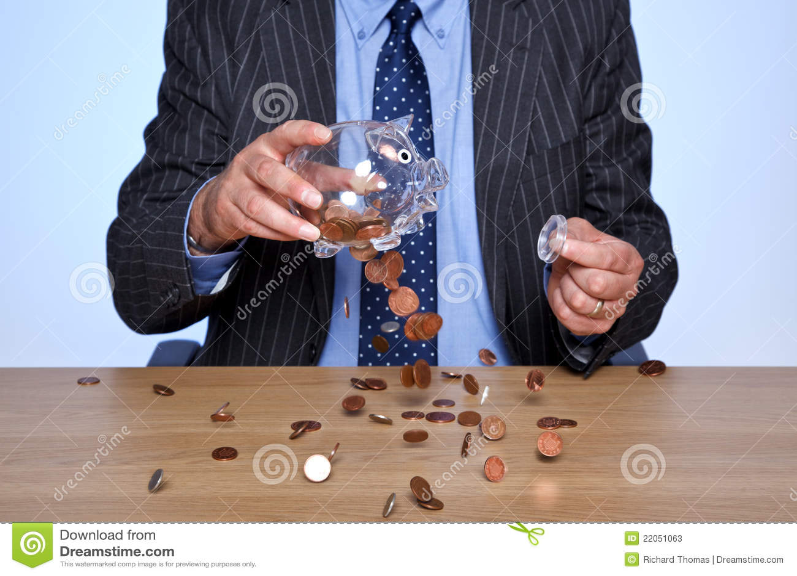 Banqueiro que esvazia seu banco piggy