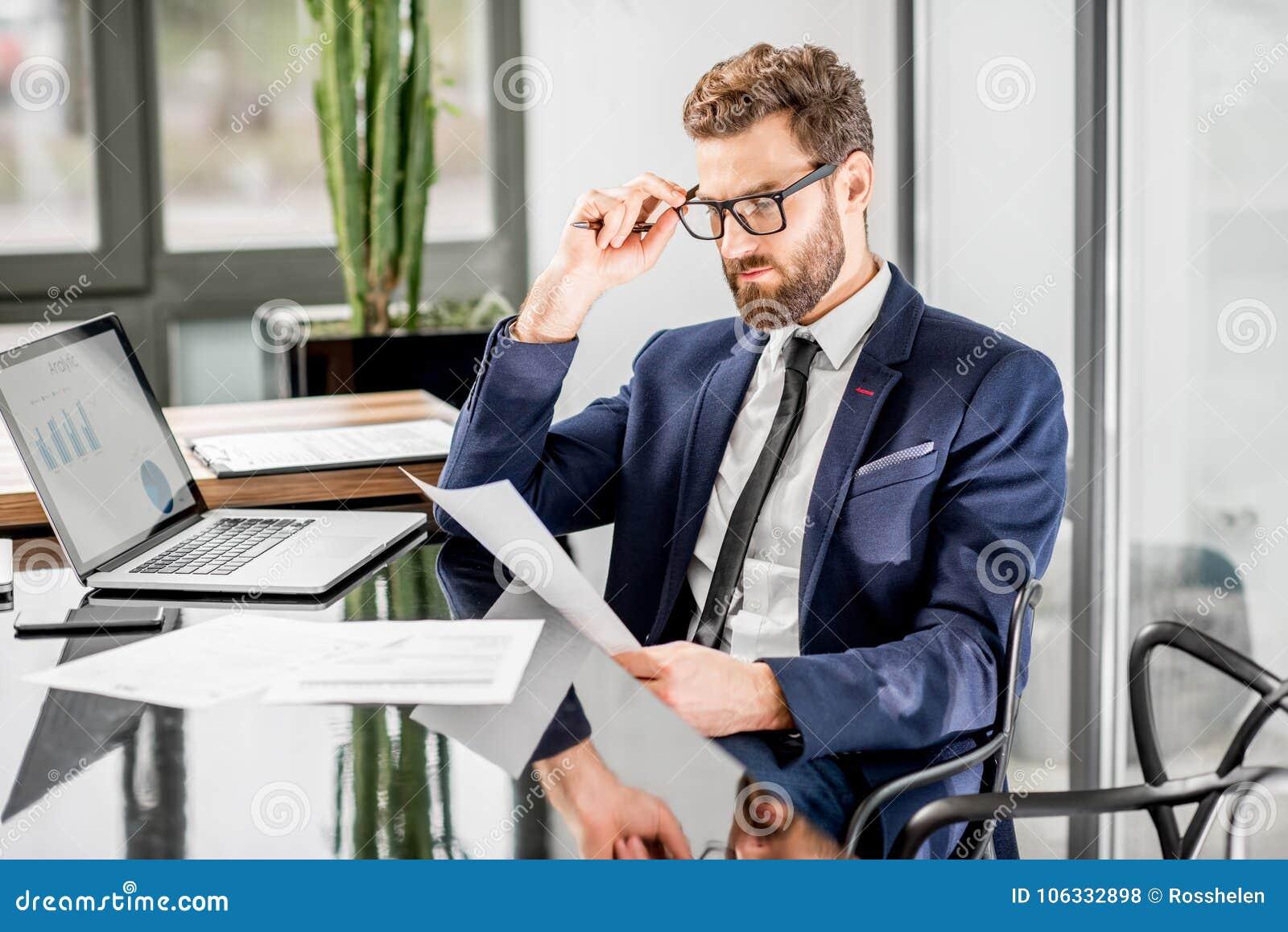 Banqueiro que trabalha no escritório