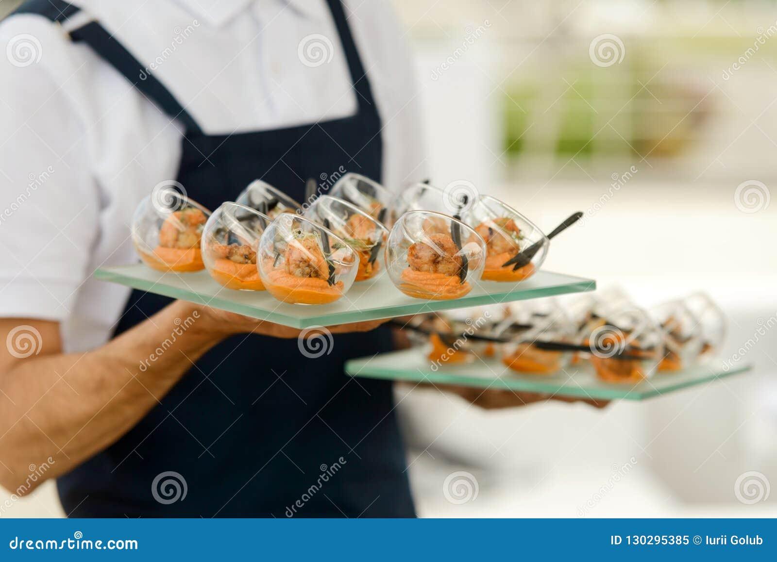 Banquet de portion de serveur à l événement