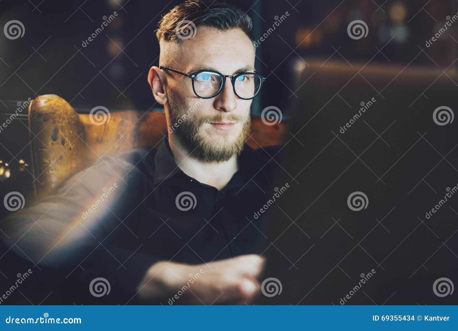 Banquier élégant de photo travaillant toujours le bureau moderne de grenier après dure journée Homme s asseyant dans la chaise de