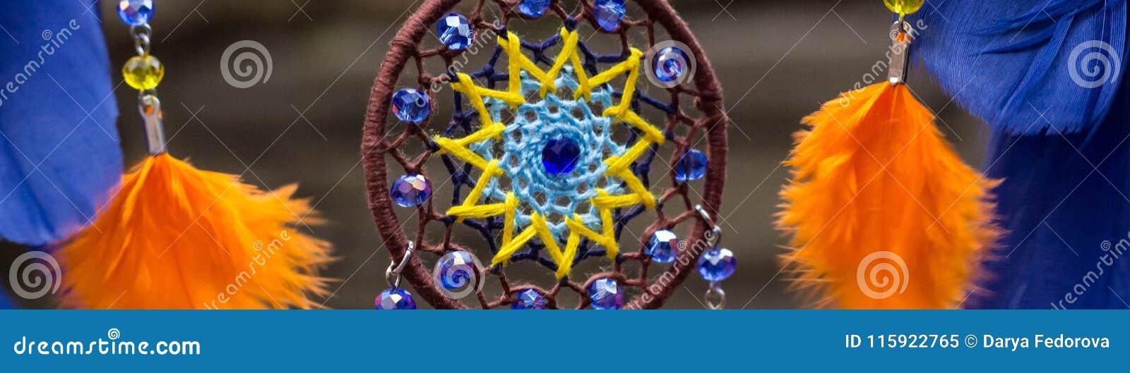 Banret av den handgjorda dröm- stopparen med fjädrar dragar och pryder med pärlor att hänga för rep