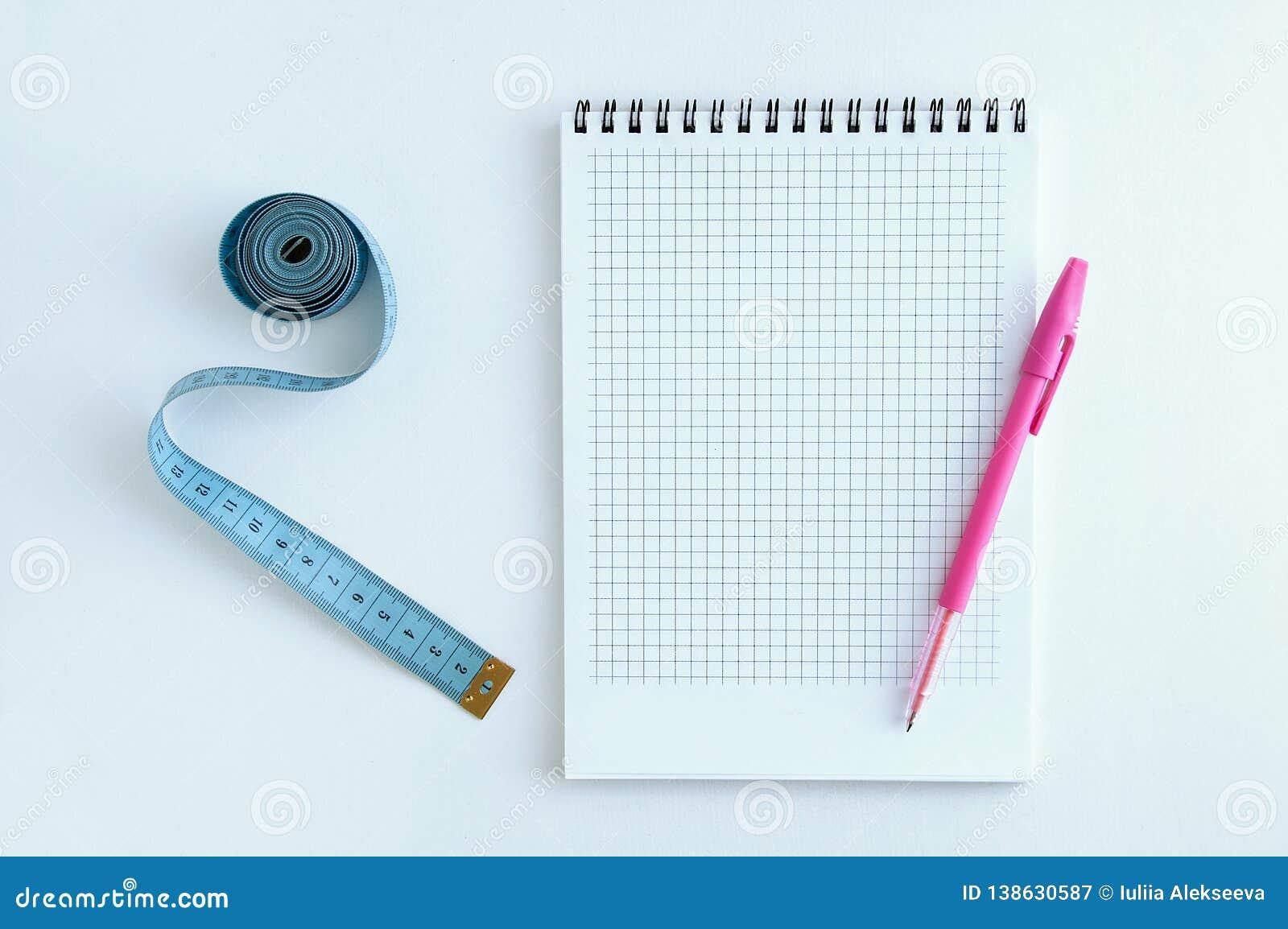 Banta Blok, penna och meter På en vit bakgrund
