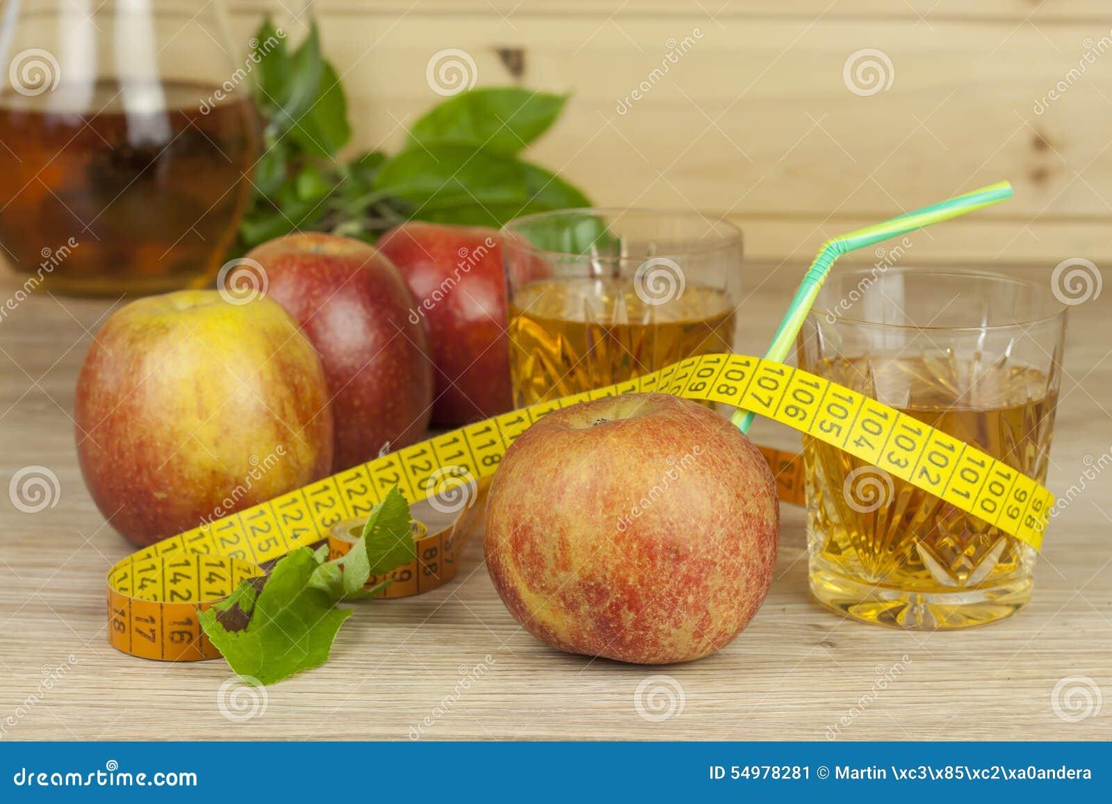 Banta mat, äppelmust, grönsaker, och frukter, begrepp bantar, vitamintillägg