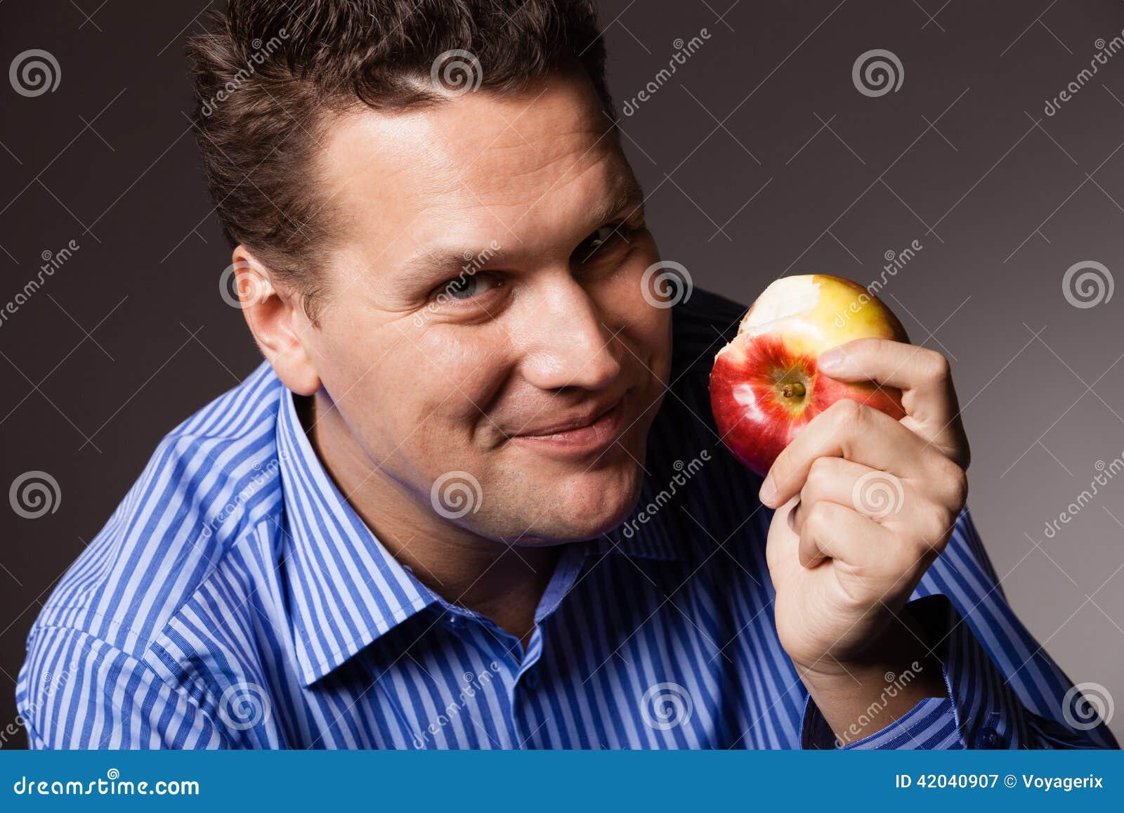 Banta näring Lycklig man som äter äpplefrukt
