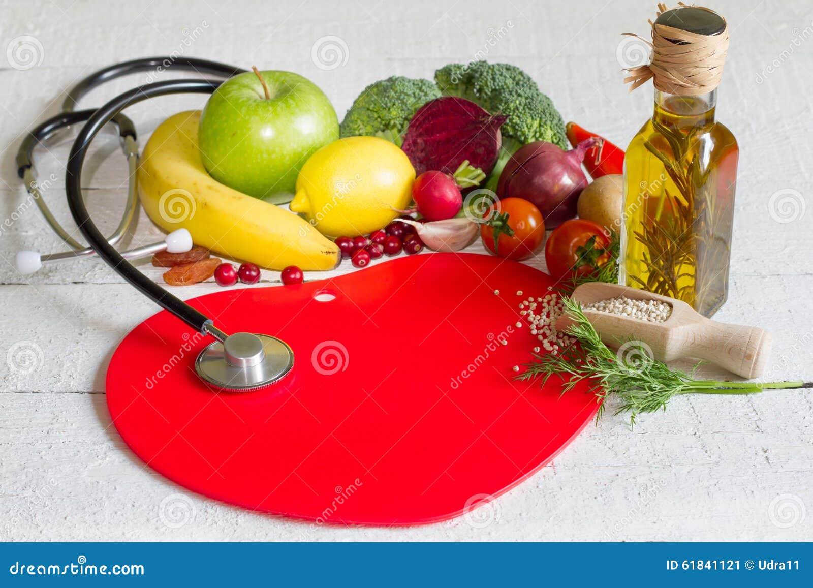 Banta och sund mat på en röd hjärta