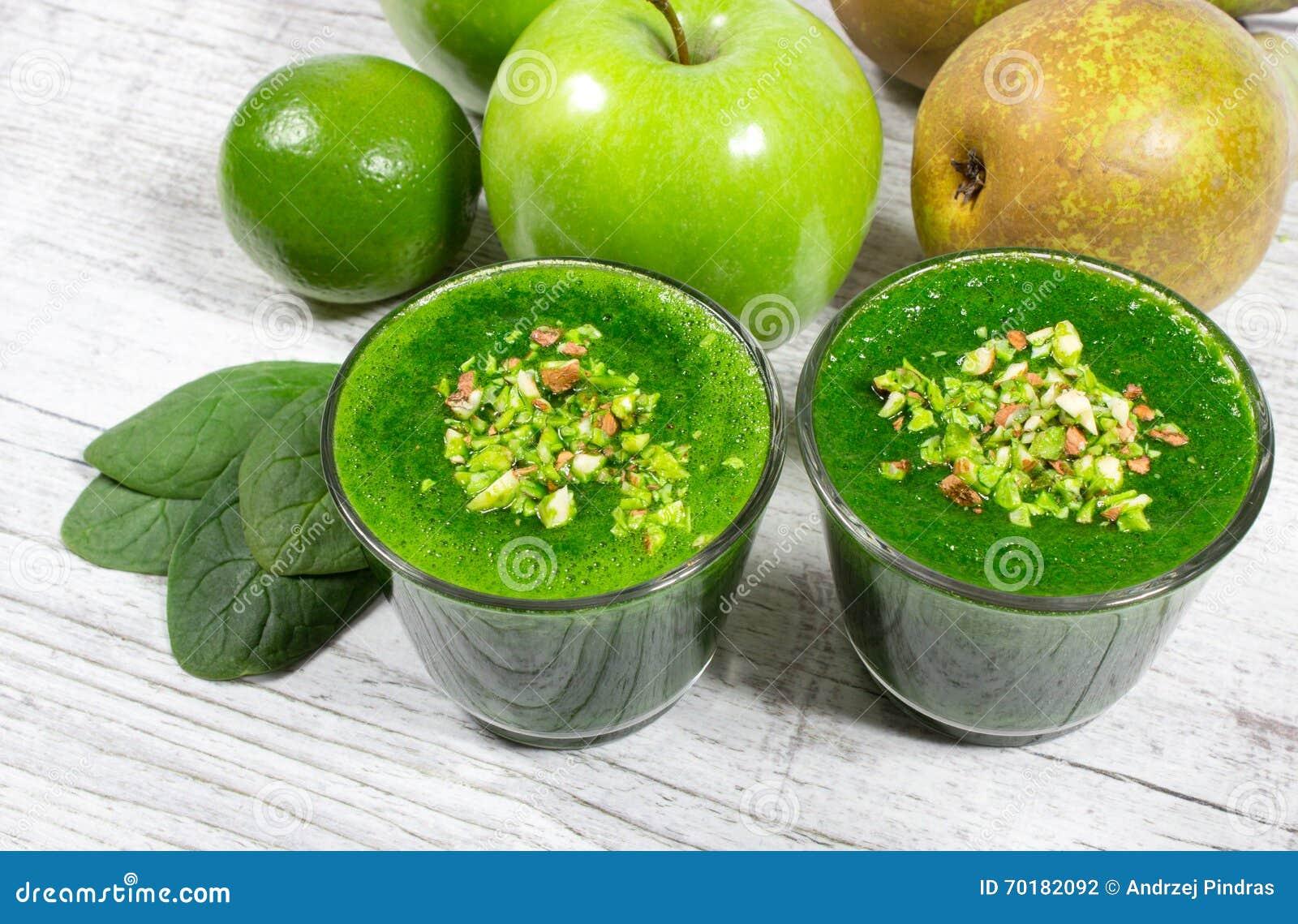 Bantningcoctail av gröna grönsaker och frukter