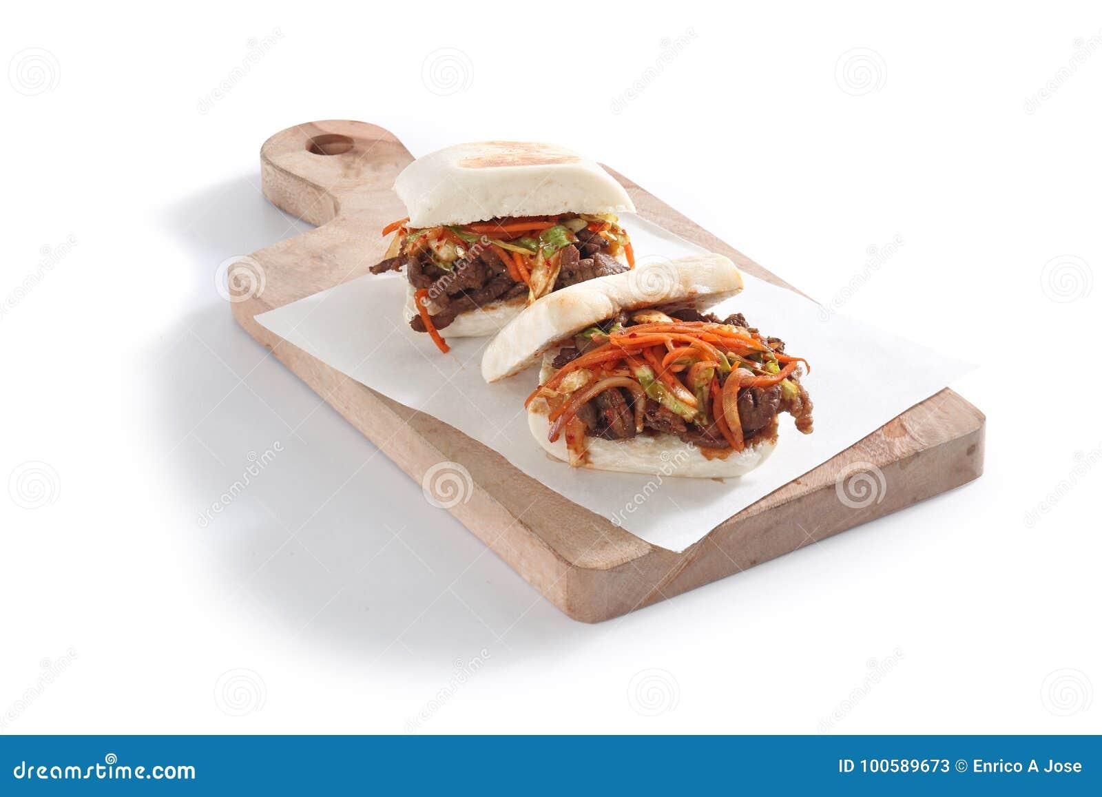 Baos coreanos na placa de madeira