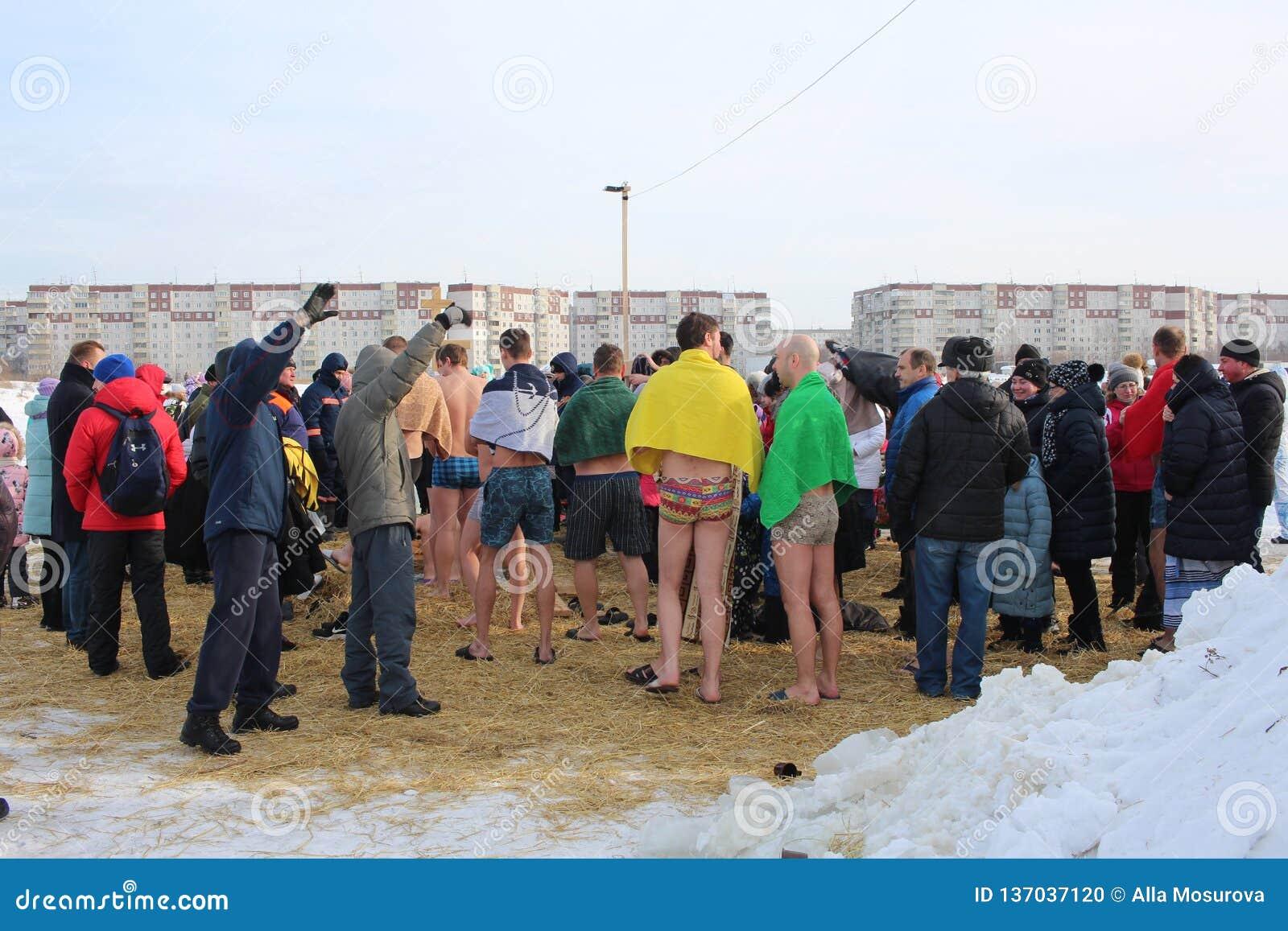 Baptême orthodoxe de vacances en Russie une foule de plongeon nu de personnes dans l eau glaciale en hiver Novosibirsk le 19 janv