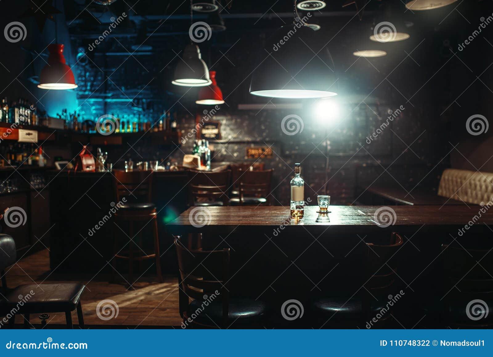 Bar, bouteille d alcool et verre sur le compteur de barre
