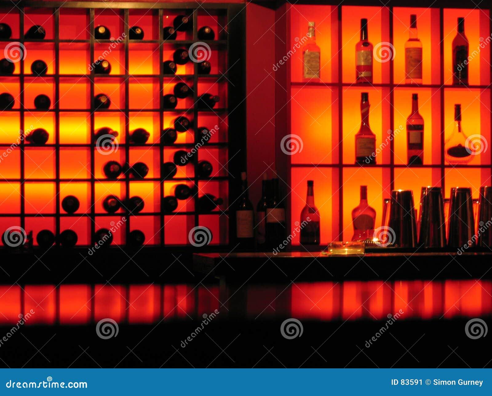 Bar butelki świecącą klub nocny czerwony