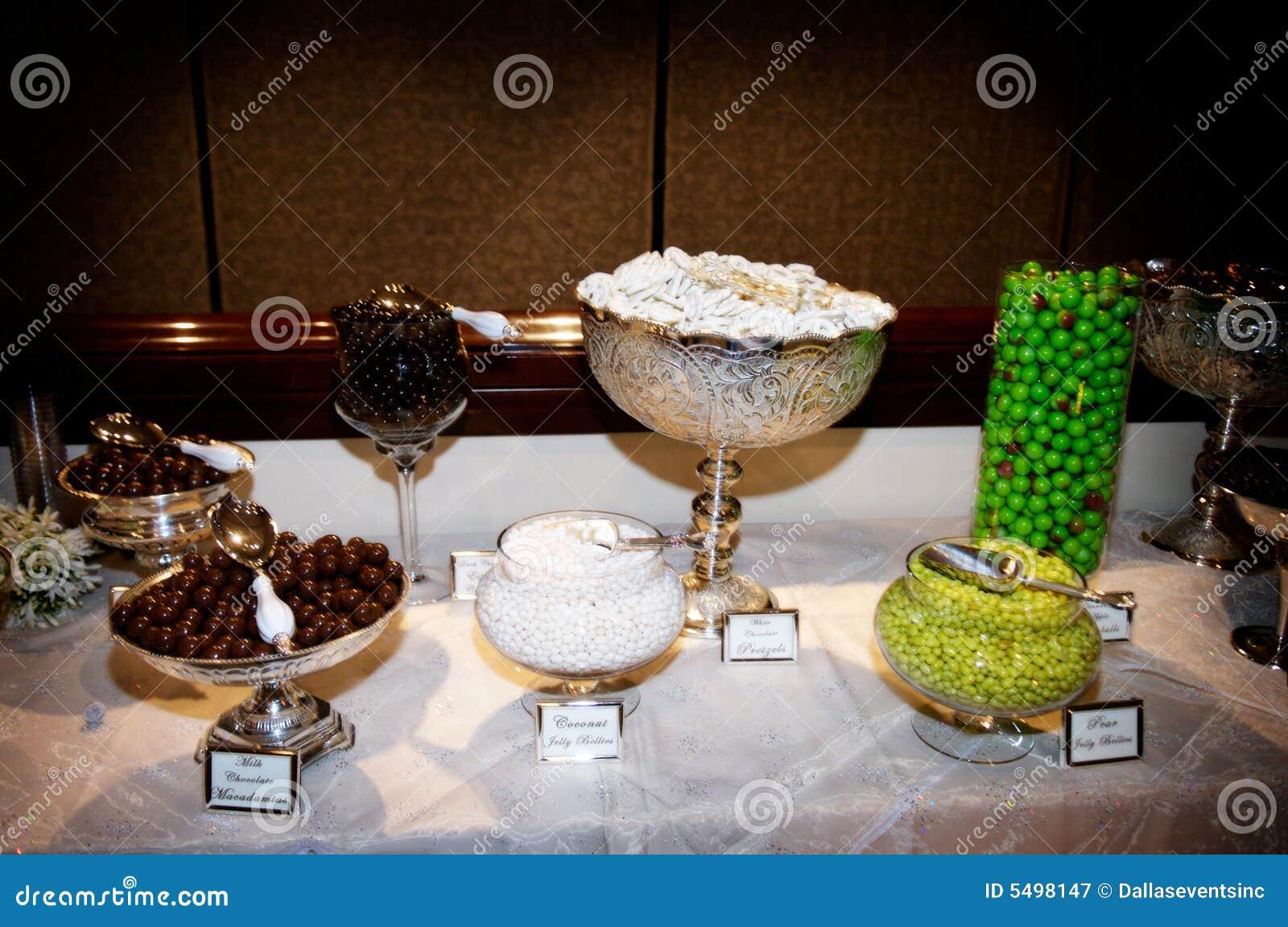 Bar de sucrerie raffiné à la réception de mariage