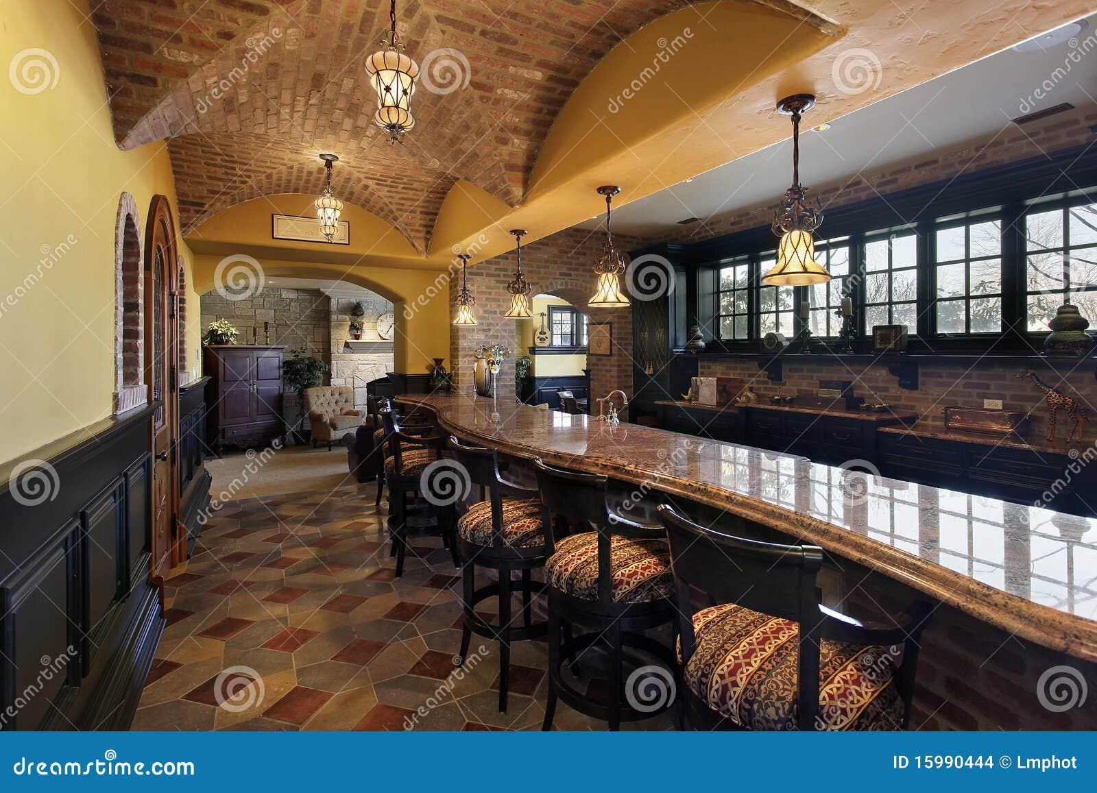 Bar Et Tabourets Dans La Maison De Luxe Images stock