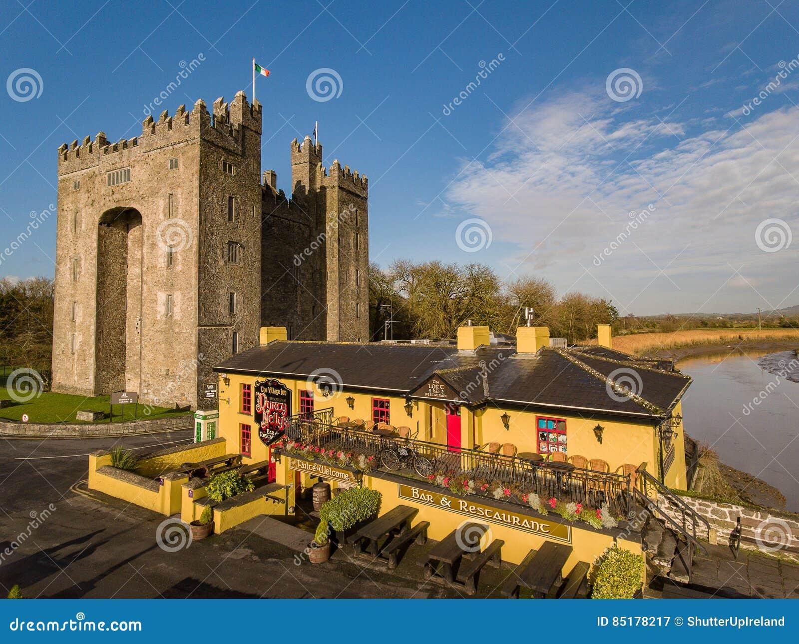 Bar för Bunratty slott- och Durty Nelly ` s, Irland - Januari 31st 2017: Flyg- sikt av mest berömda slotten för Irland ` s den oc
