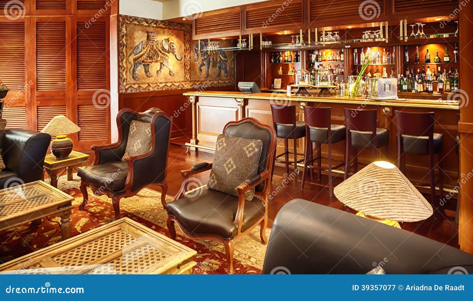 Bar in koloniale stijl stock foto afbeelding 39357077 - Koloniale stijl kantoor ...