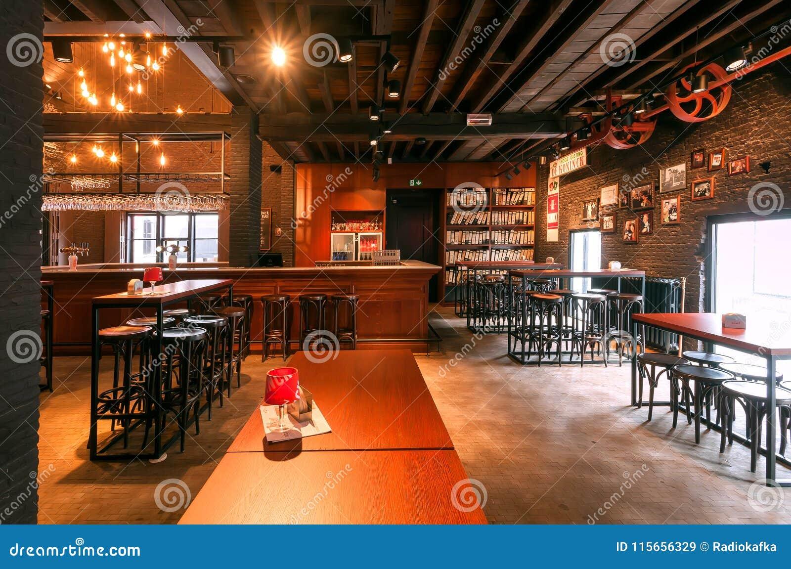 Bar tegen en houten lijsten binnen de historische brouwerij die lokaal bier met handelsmerk DE Koninck maken