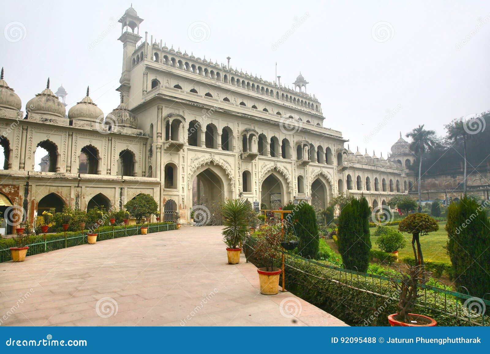 Bara Imambara är ett imambarakomplex i Lucknow, Indien
