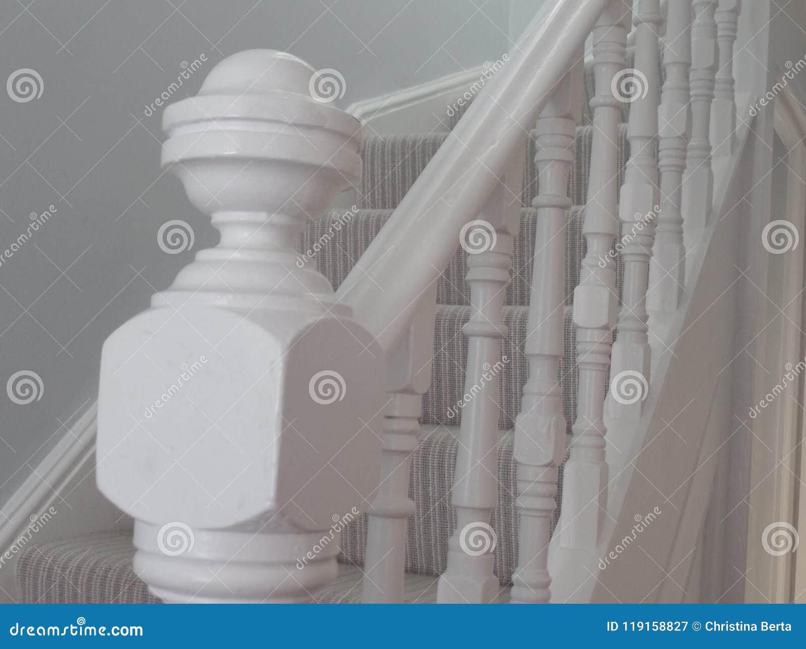 Barandilla blanca de la escalera del estilo del vintage