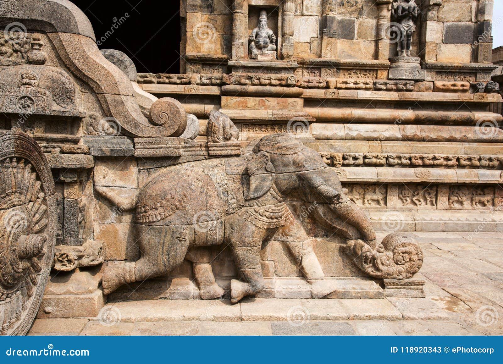 Barandilla, elefante tallado y carro del ` s de Shiva en la entrada al templo de Airavatesvara, Darasuram, Tamil Nadu, la India