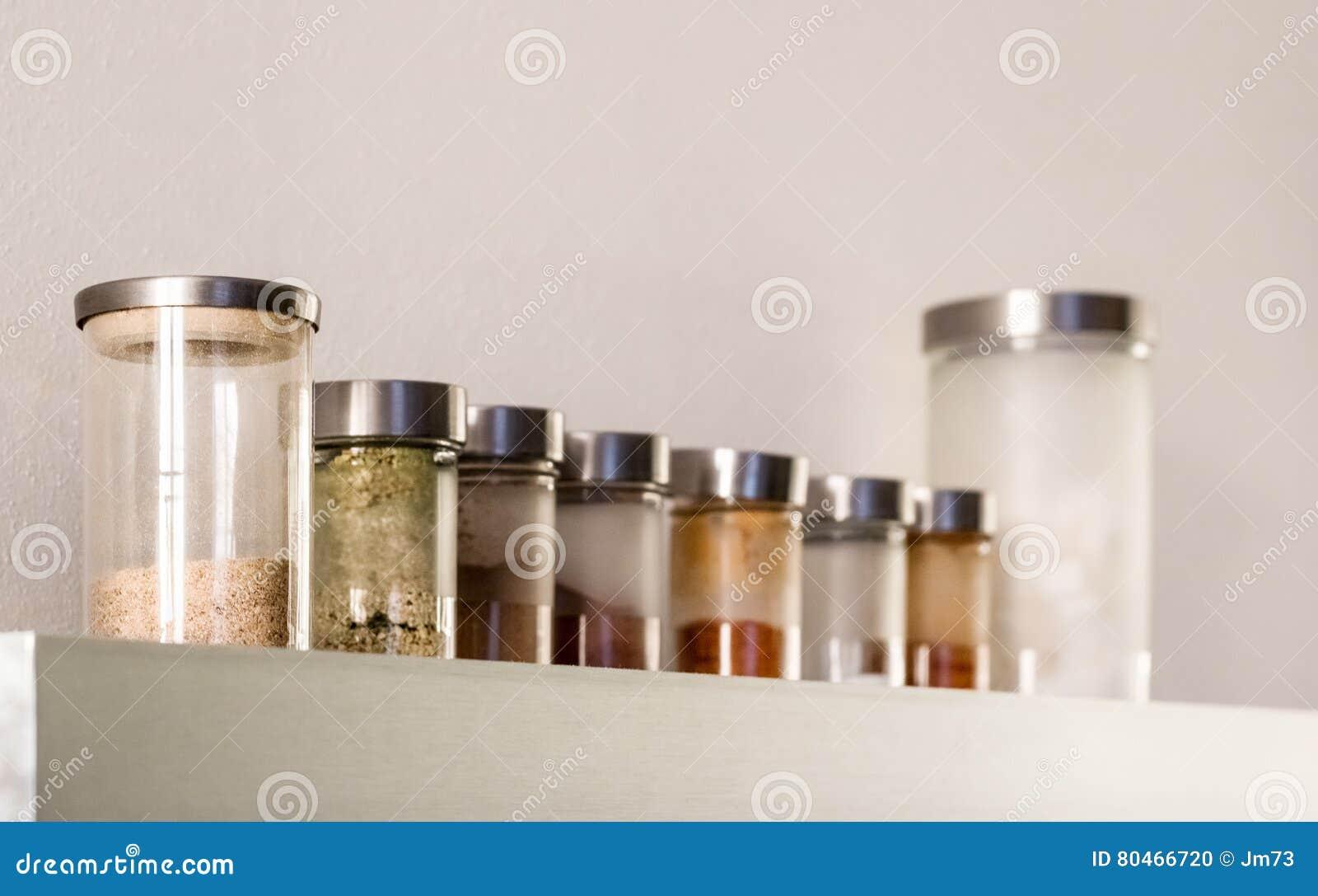 barattoli dello scaffale e di vetro del metallo della cucina con ... - Scaffali Metallo E Vetro