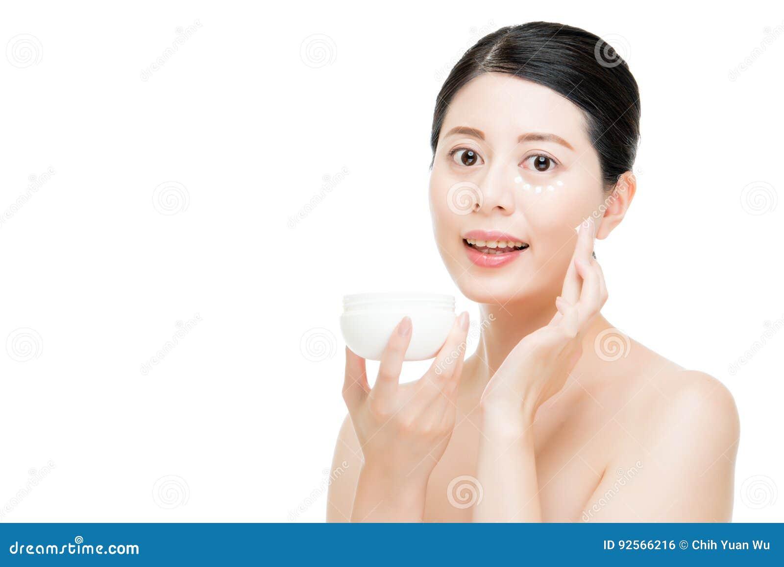 Barattolo della tenuta della donna con cura di pelle