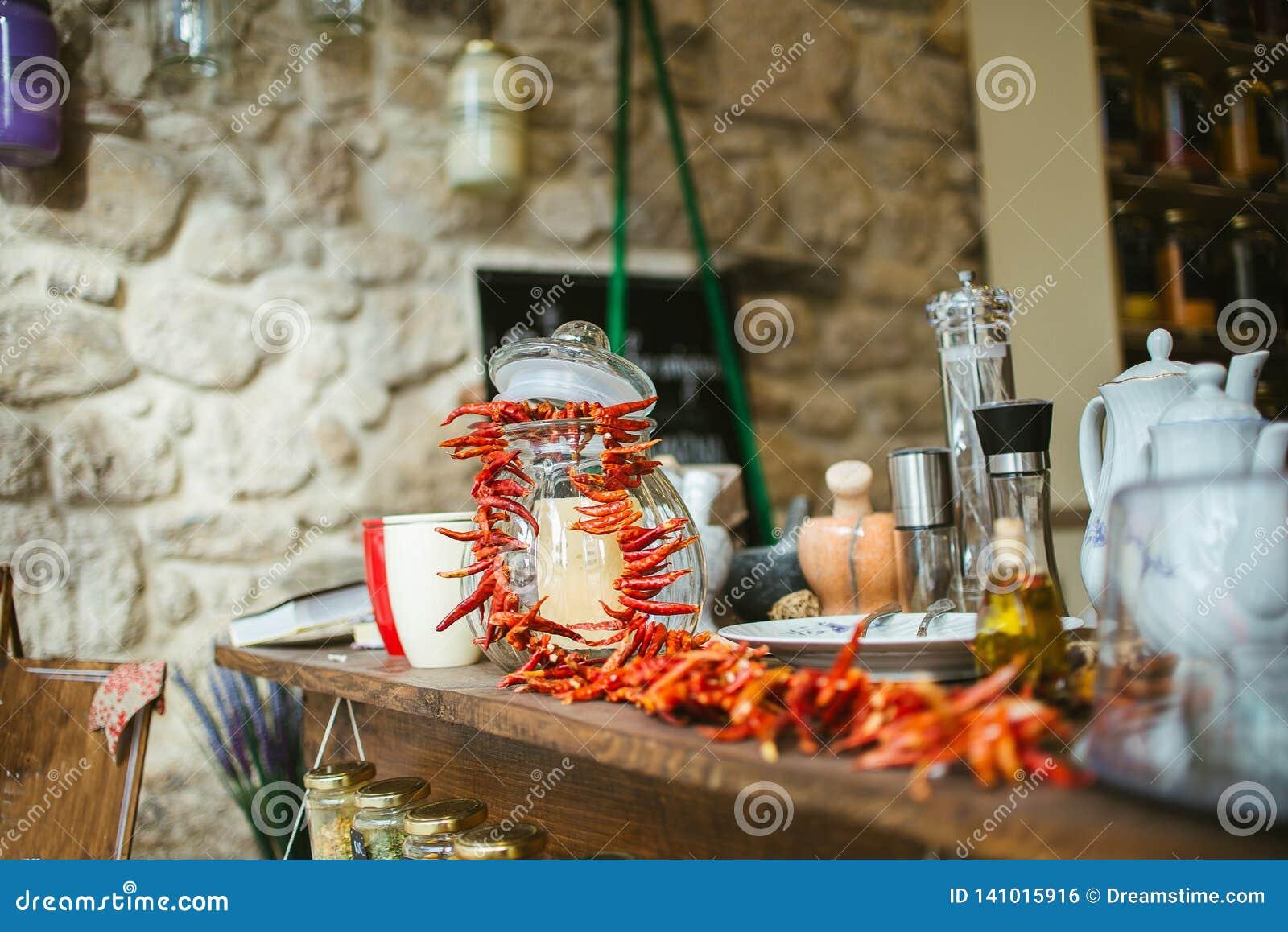 Barattolo di muratore con i peperoni freddi