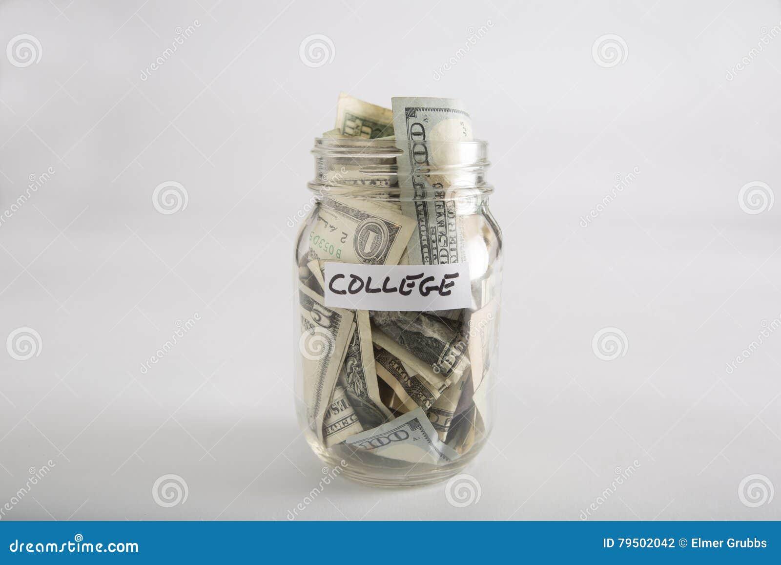 Barattolo di muratore con soldi per l istituto universitario