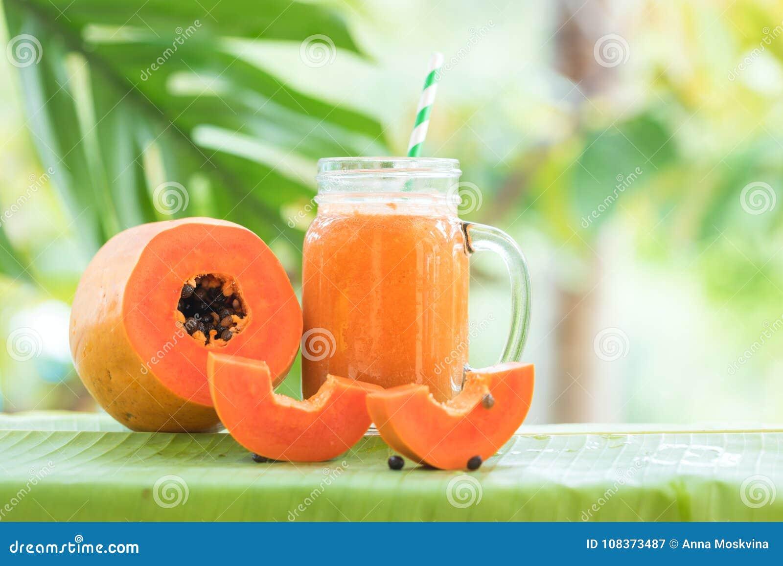 Barattolo di vetro della frutta della papaia con la scossa del frullato