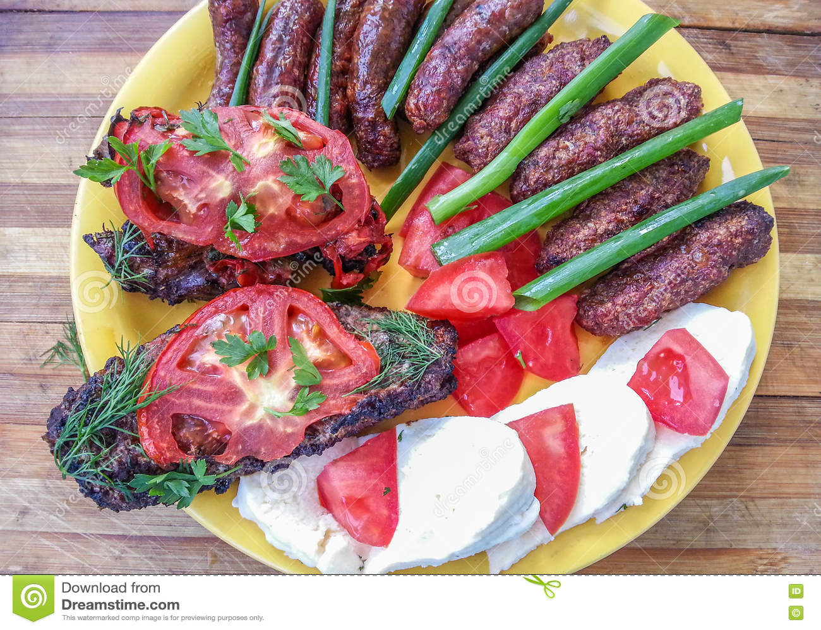 Barbacoa rumana tradicional de la comida en una placa amarilla
