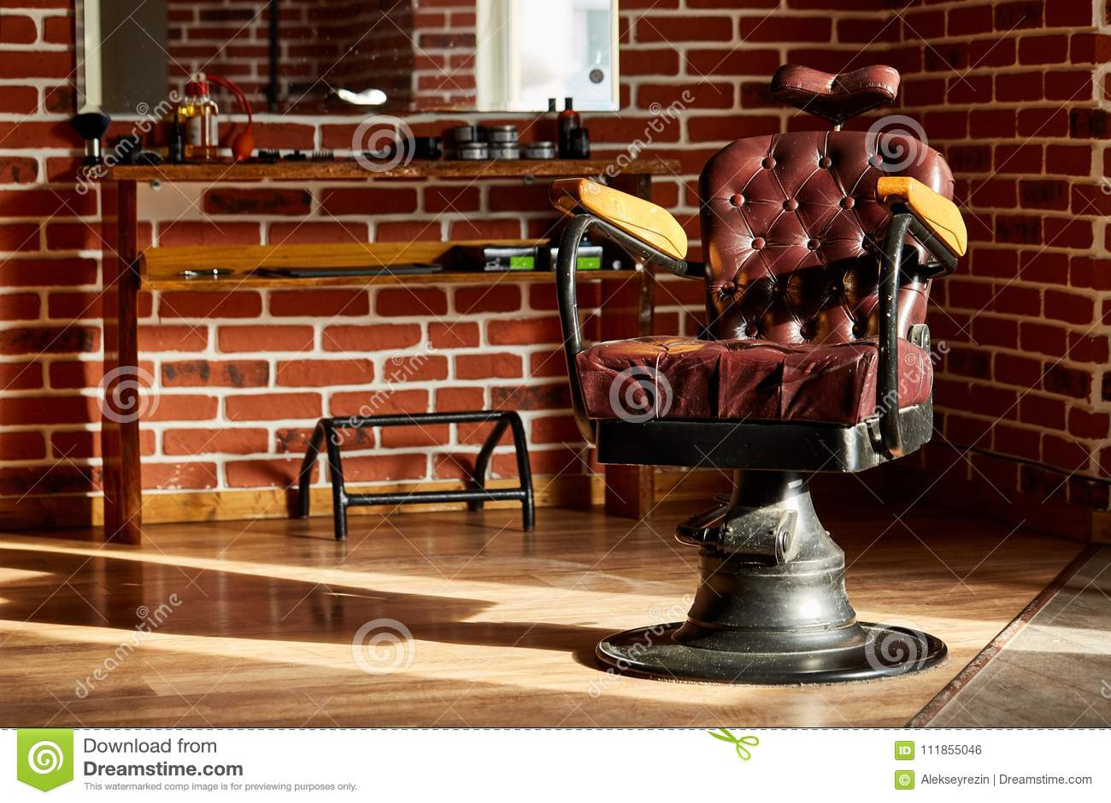 Barbearia retro da cadeira de couro no estilo do vintage Tema do barbeiro