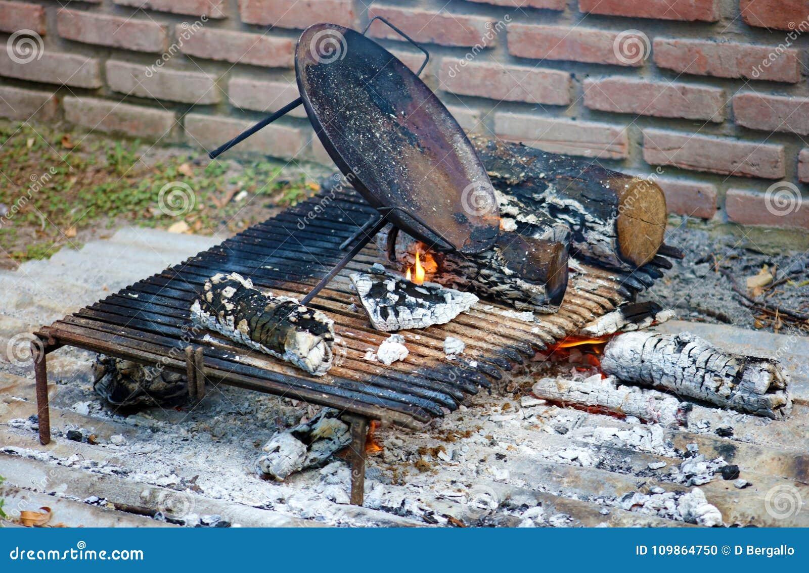barbecue argentin traditionnel d 39 asado de bbq de tradition de l 39 argentine du br sil argentin. Black Bedroom Furniture Sets. Home Design Ideas
