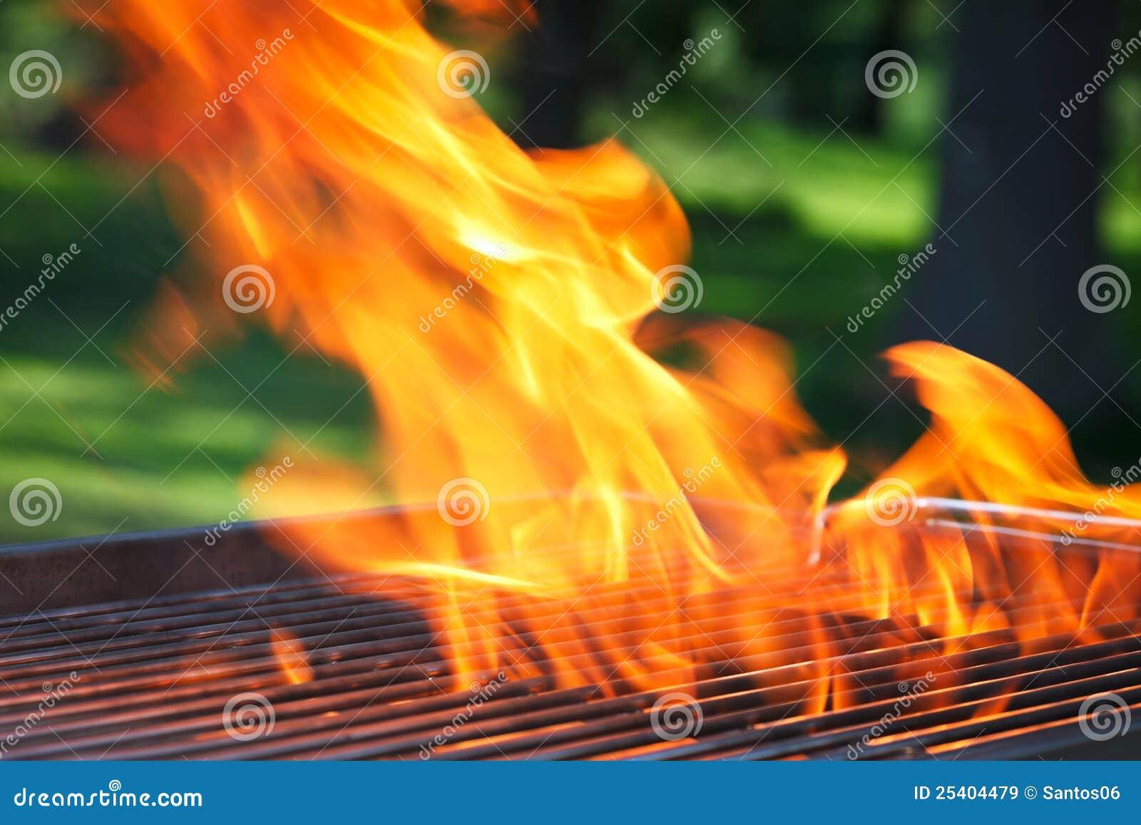 Barbecue avec les flammes et l espace de copie