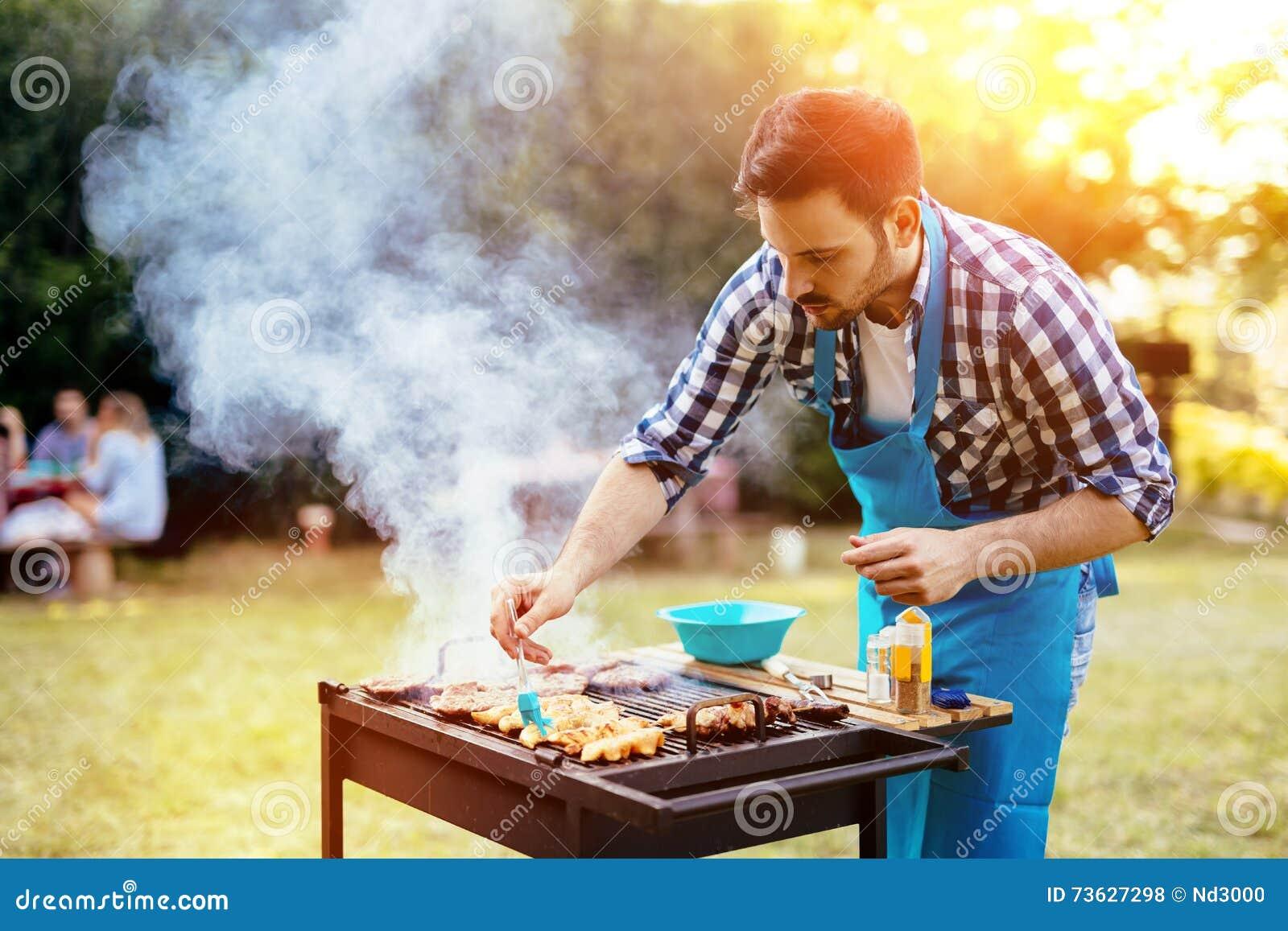 Barbecue de préparation masculin beau