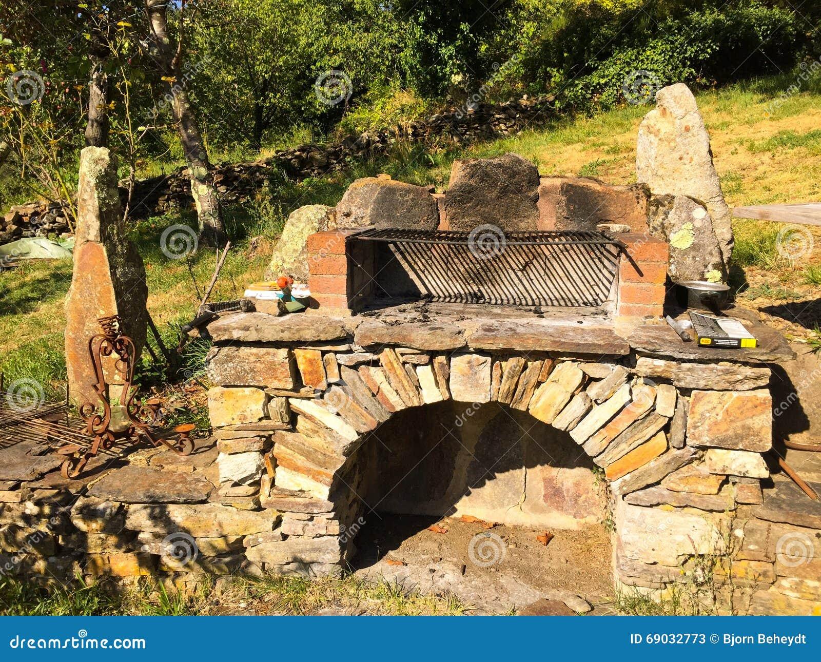 Barbecue di pietra nel giardino immagine stock immagine di disegno griglia 69032773 - Barbecue in pietra per esterni ...