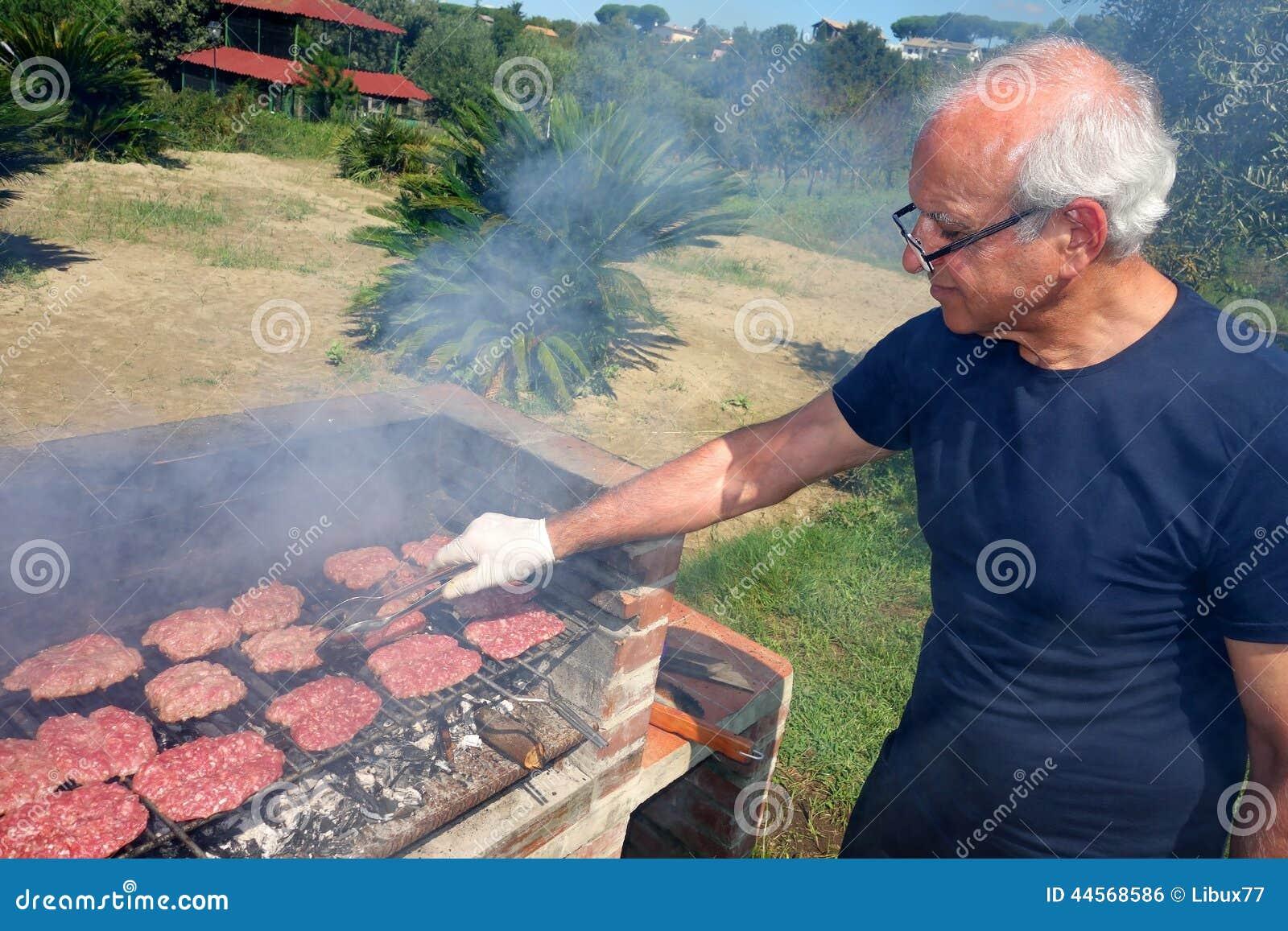 Barbecuebejaarde die bbq vlees koken stock foto beeld 44568586 for Beeldkoken