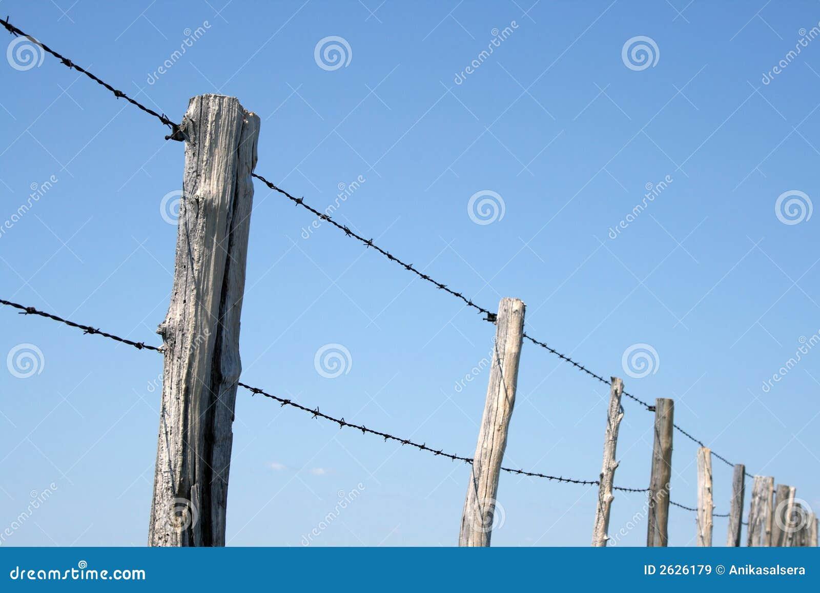 Забор с колючей проволокой своими руками