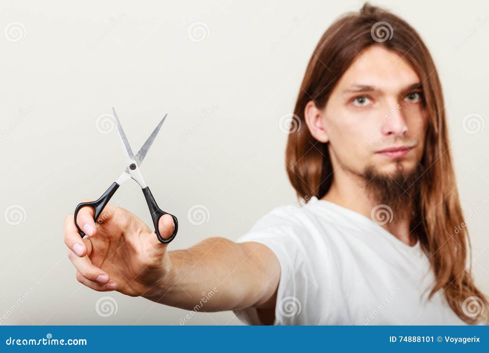 Barbeiro com tesouras à disposição