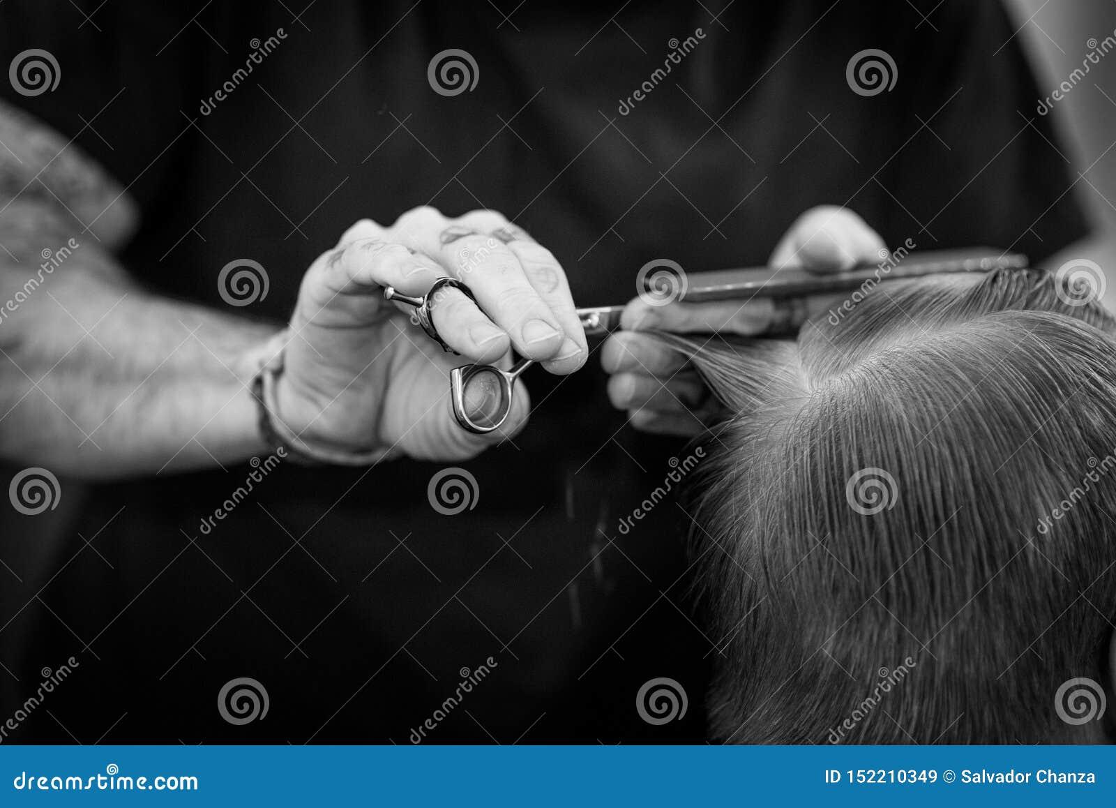 Barbeiro no trabalho com posição perfeita das mãos