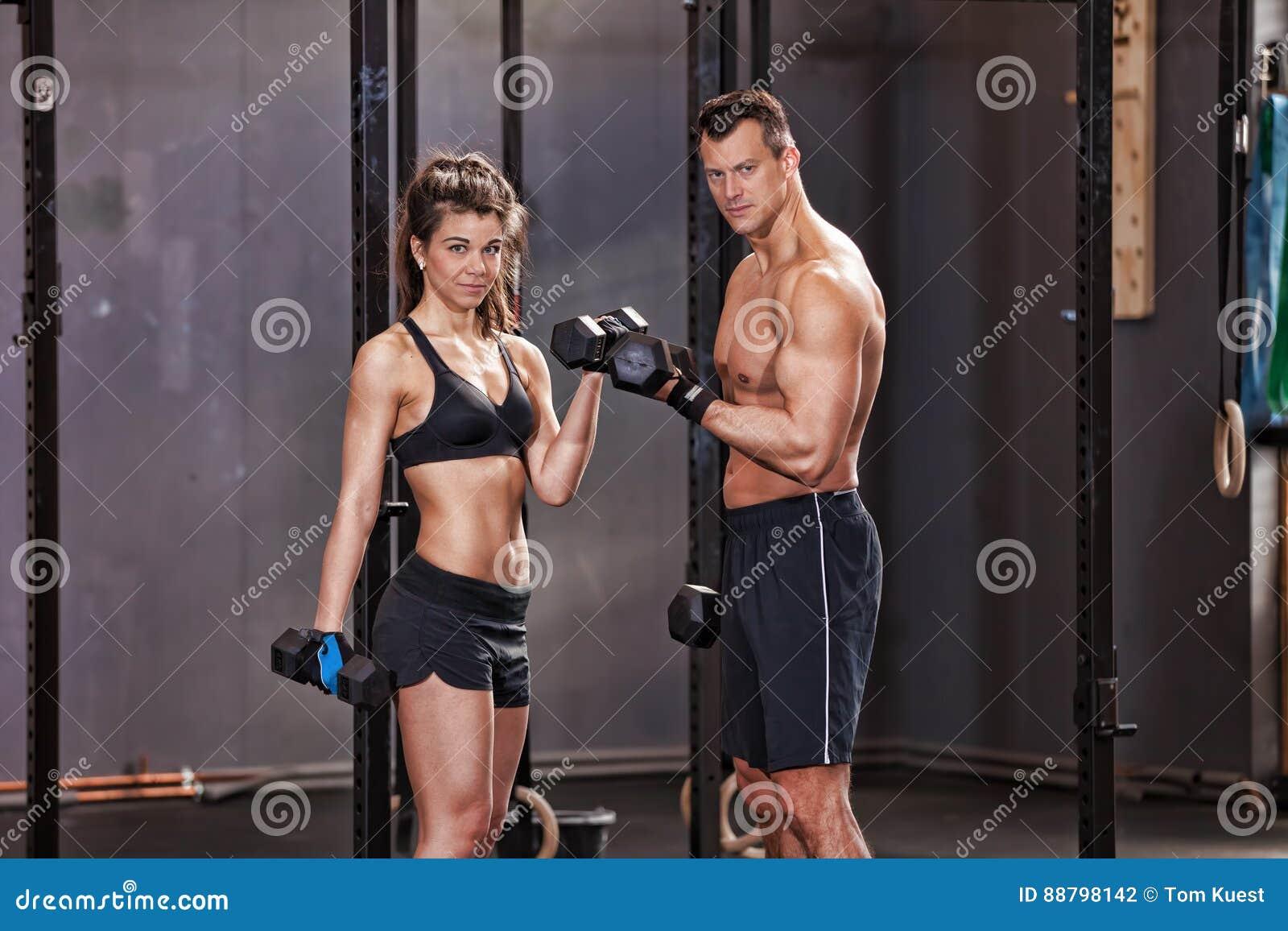 Barbell opleidende man en vrouw in een gymnastiek