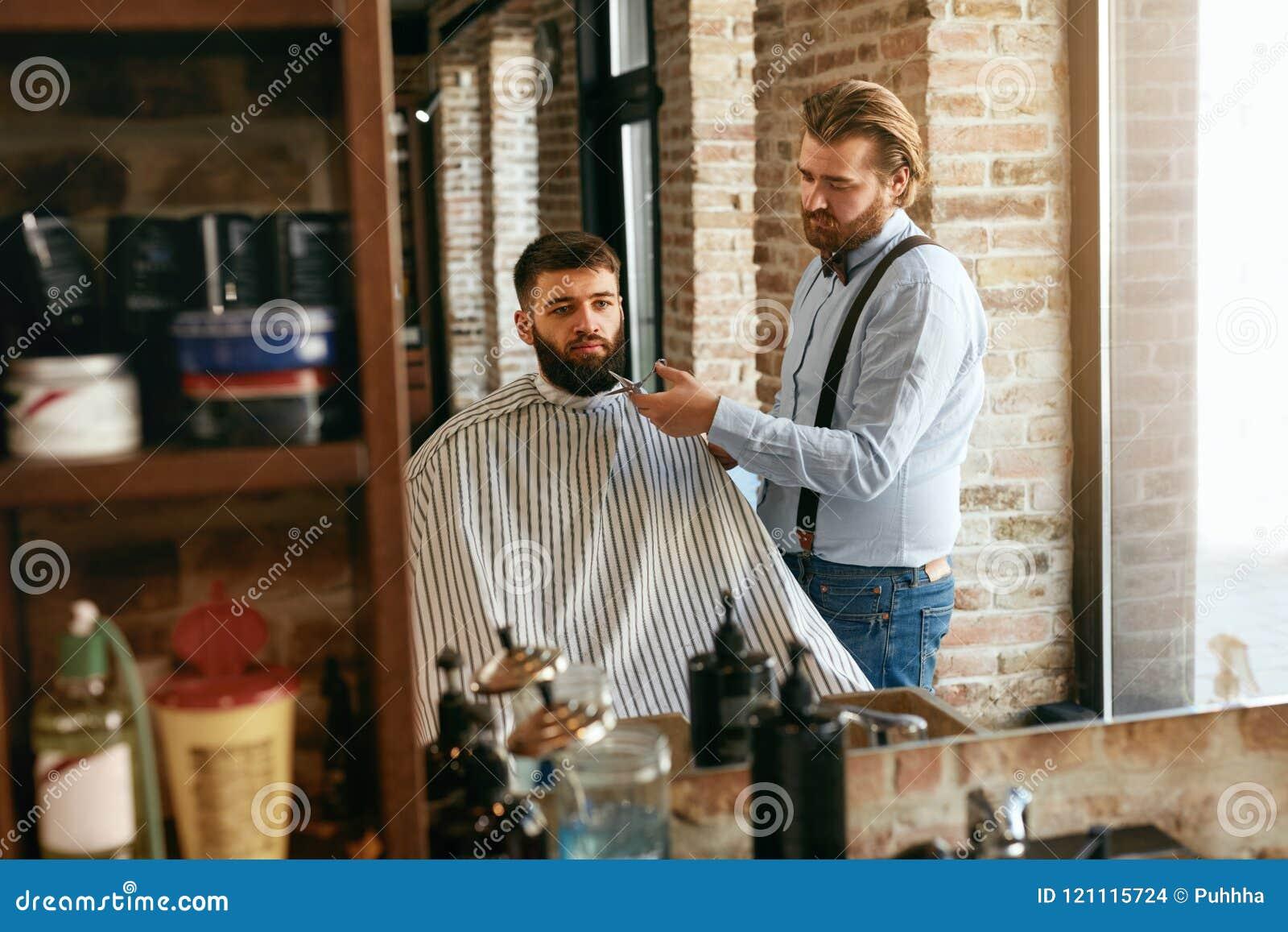 Barber Cutting Man Beard In Barber Shop Skägghårsnitt