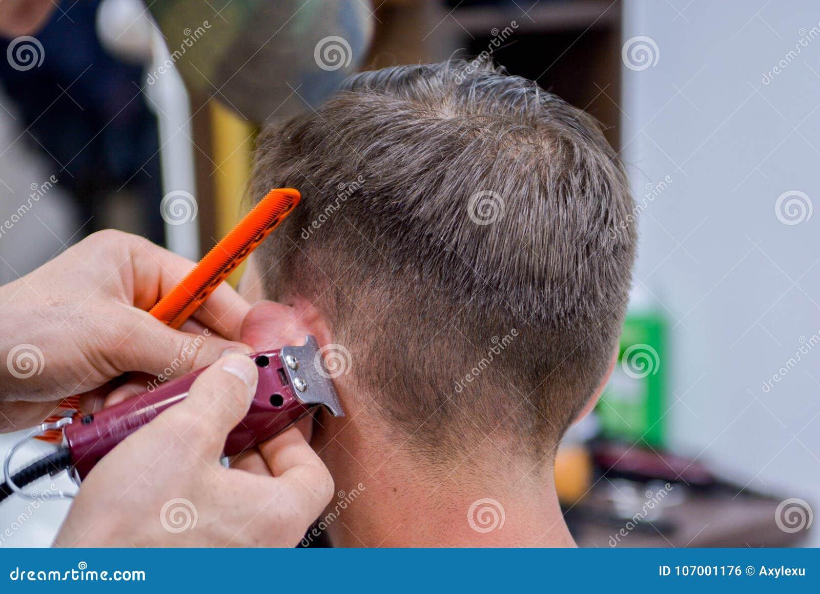 Barber Male Haircut i våra dagar