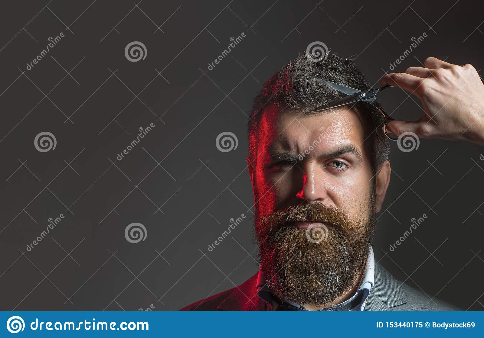 Barberaresax Sk?ggig man, frodigt sk?gg som ?r stiligt Hipster i frisersalong M?ns frisyr i barberare shoppar Tappning