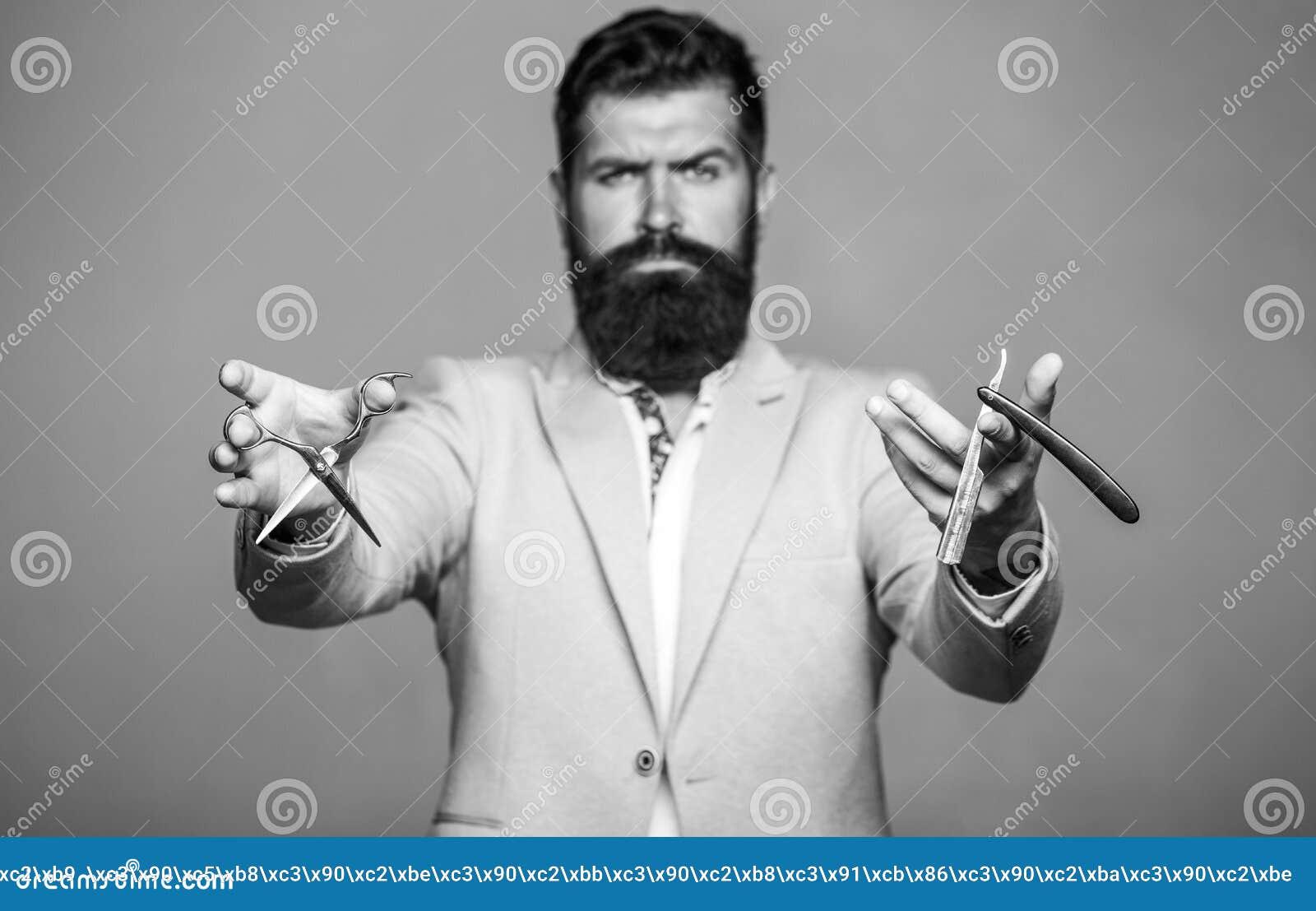 Barberaresaxen och den raka rakkniven, barberare shoppar Man i frisersalong M?ns frisyr i barberare shoppar M?ns frisyr som rakar