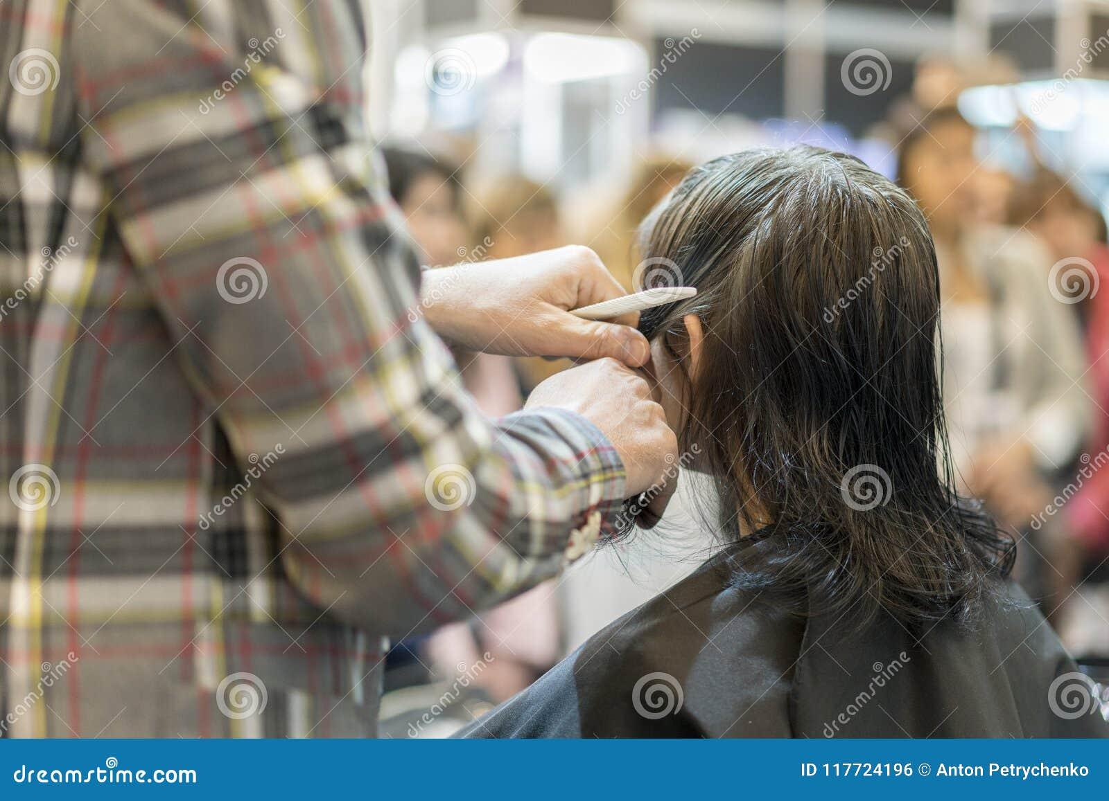 Barbershop Zakończenie mężczyzna ostrzyżenie, mistrz robi włosianemu tytułowaniu w fryzjera męskiego sklepie