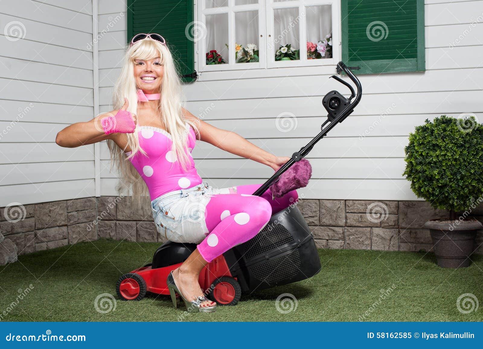 barbie se reposant sur une tondeuse gazon photo stock image 58162585. Black Bedroom Furniture Sets. Home Design Ideas
