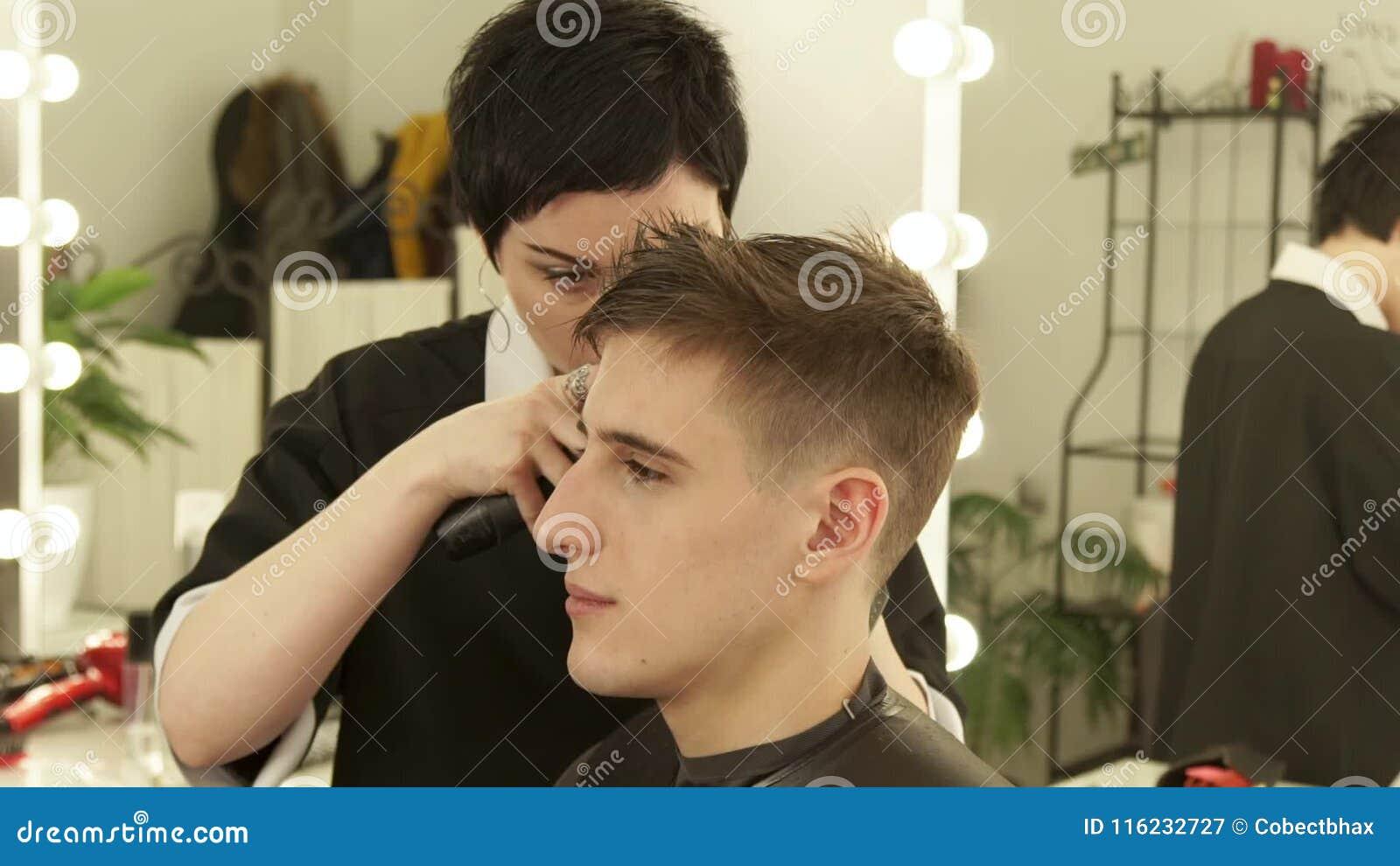 Tagliare i capelli con il rasoio elettrico