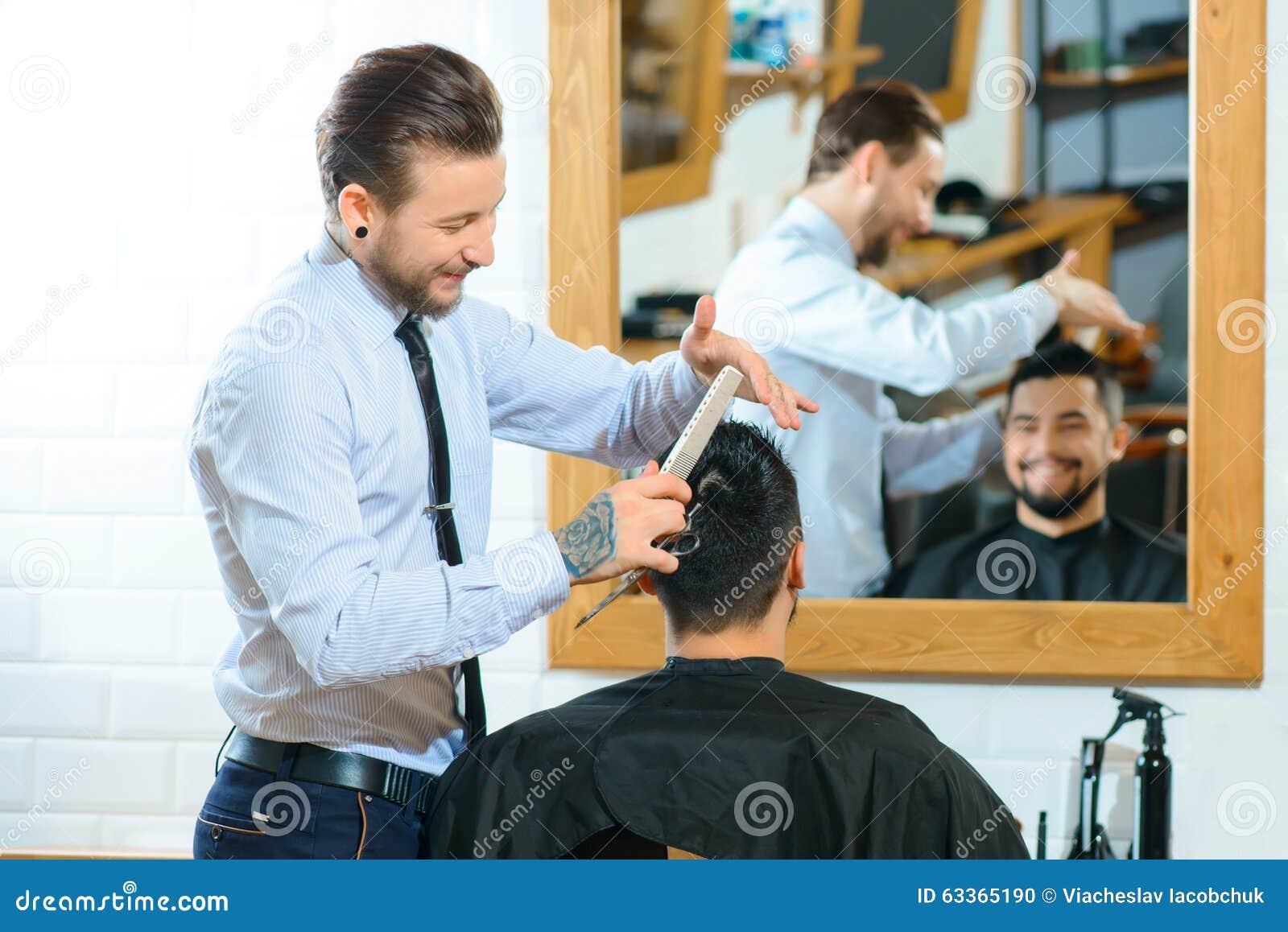 Barbiere professionista che fa taglio di capelli