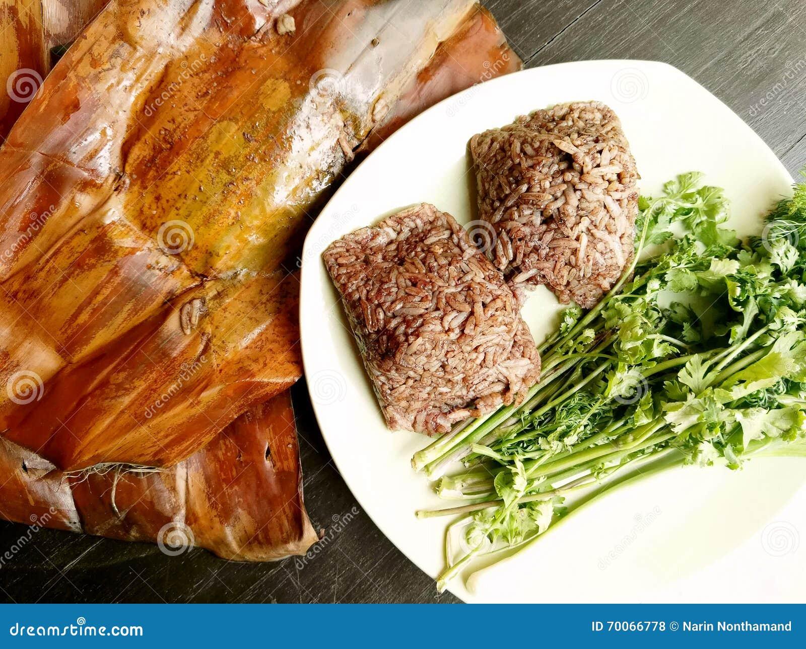 Barbilla kan de Khao, comida del norte local de Tailandia del arroz que se mezcla con sangre de cerdo y se cuece al vapor dentro