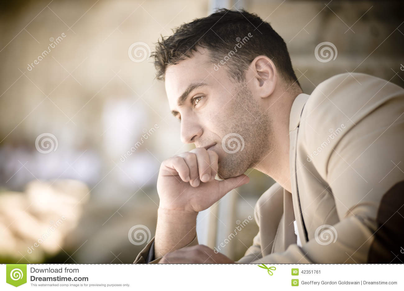 Barbilla que se inclina hermosa joven a mano que parece pensativa