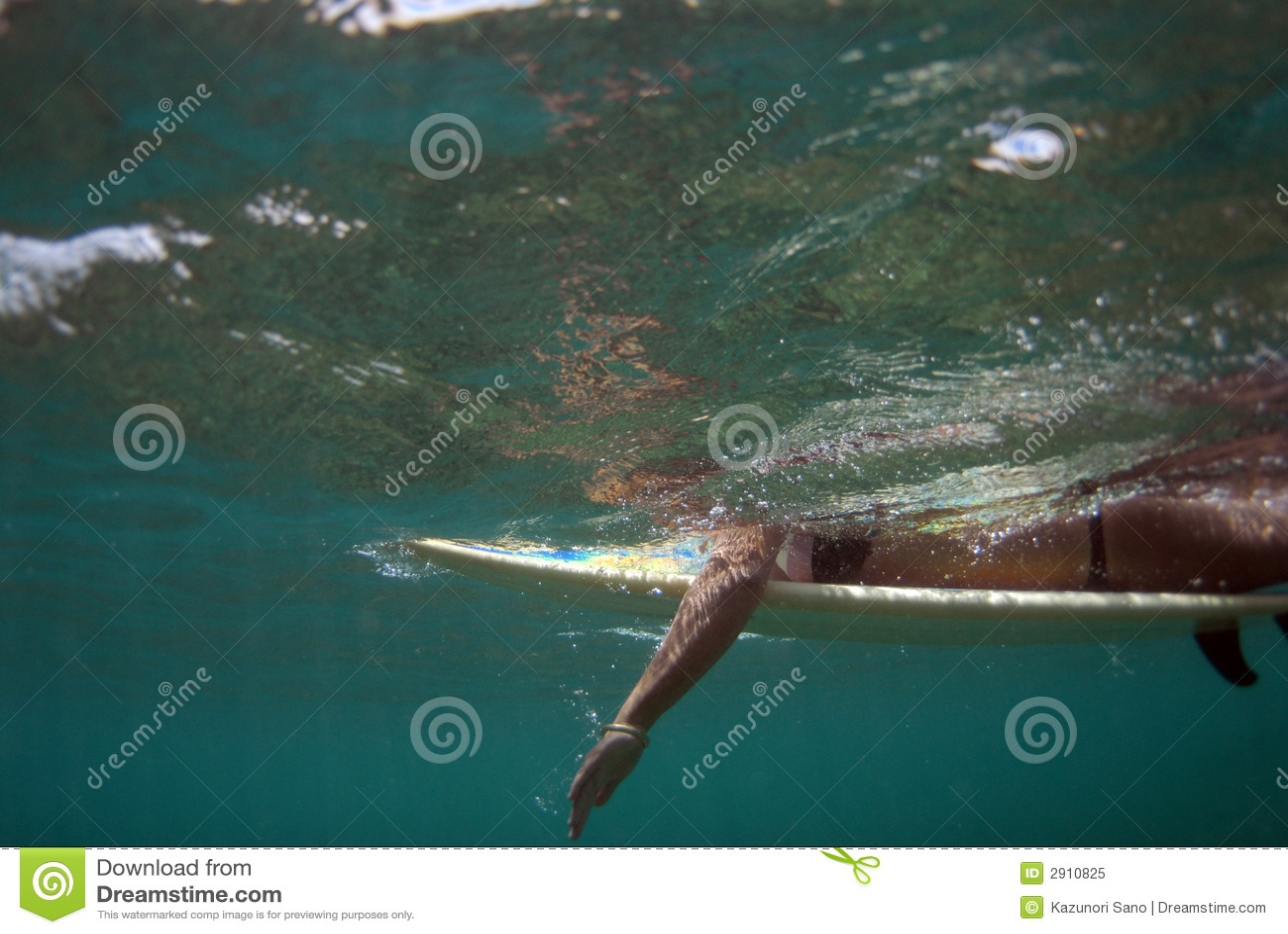 Barbotage de l adolescence de surfer de Bikibi